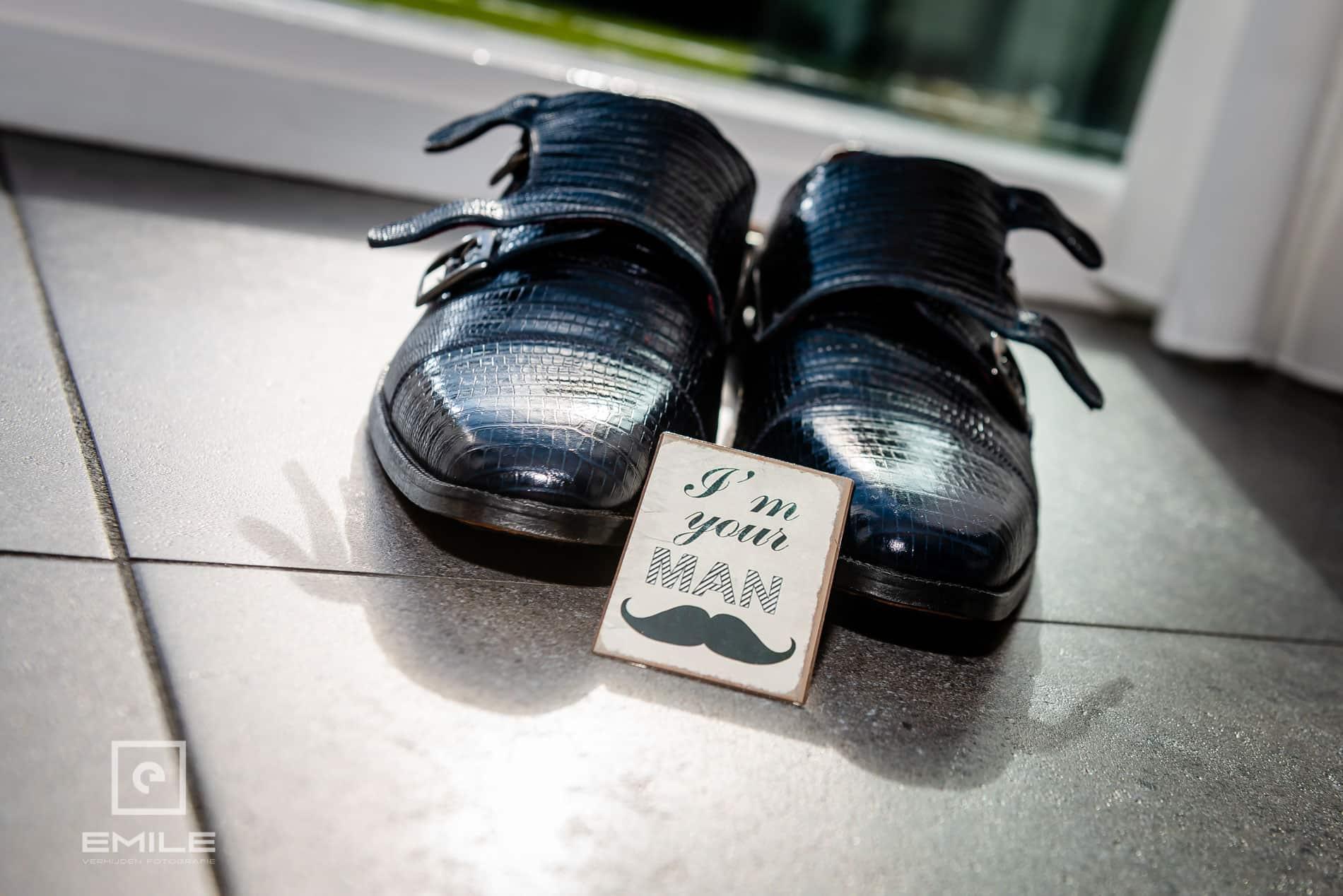 Schoenen van de bruidegom staan op de grond. Bruiloft Limburg