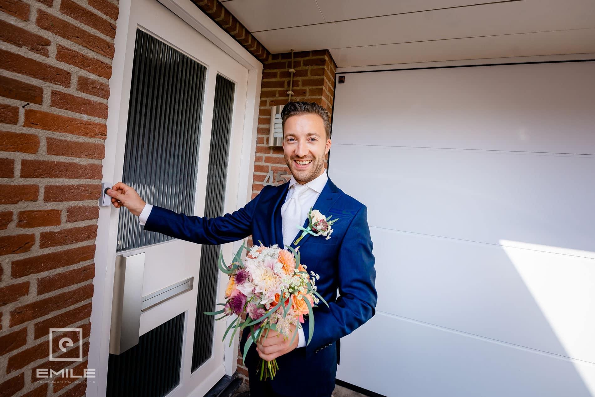 Bruidegom belt aan. trouwen in zuid-limburg