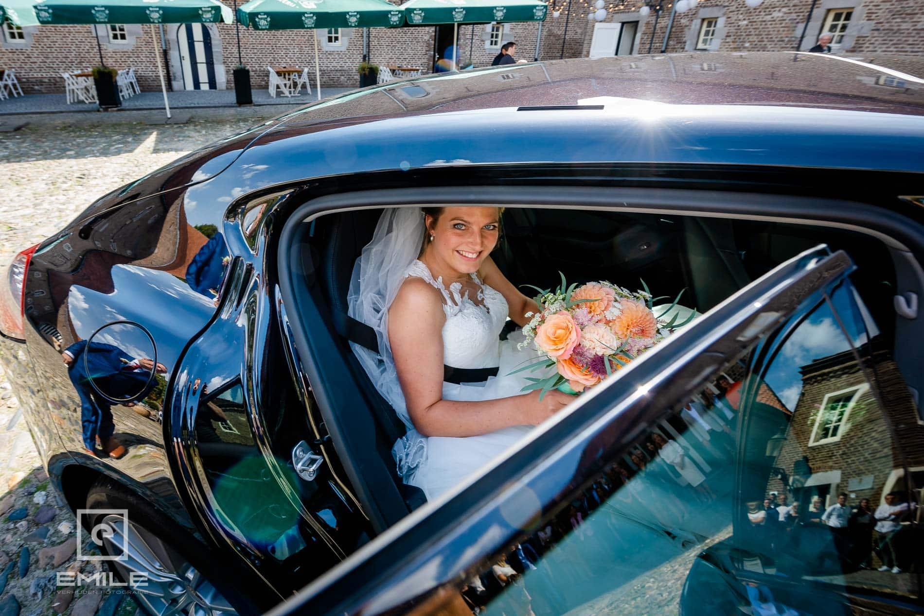 Bruidsfotograaf Kasteel Limbricht bruid in bruidsauto