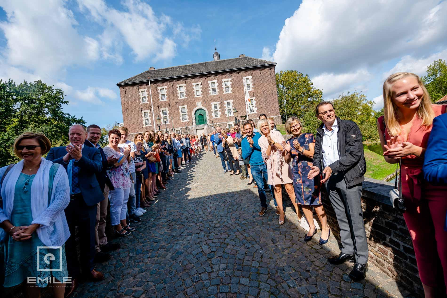 Bruidsfotograaf Kasteel Limbricht bezoekers staan in een ere haag