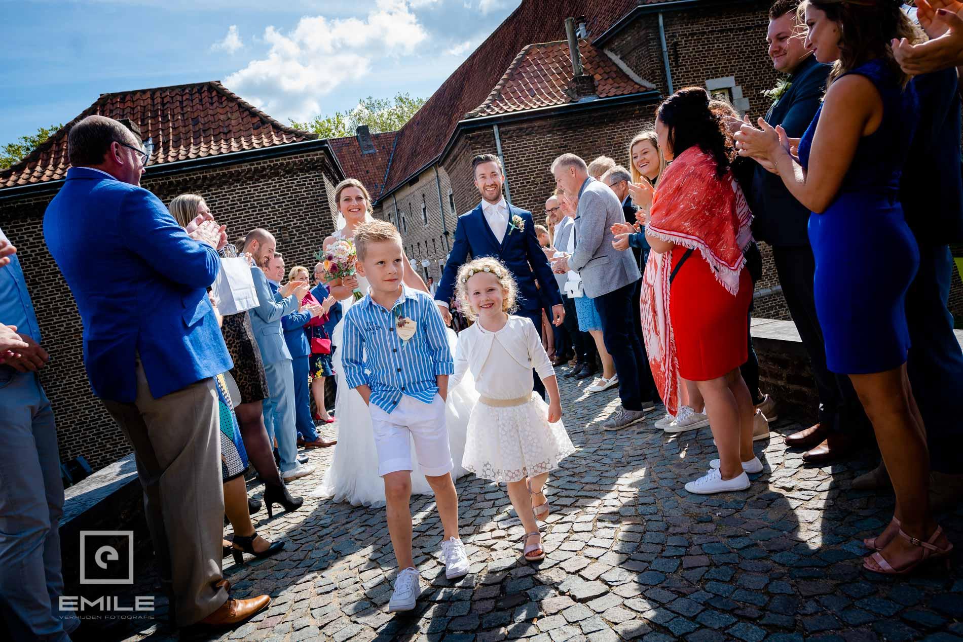 Bruidsfotograaf Kasteel Limbricht bruidskinderen op de brug