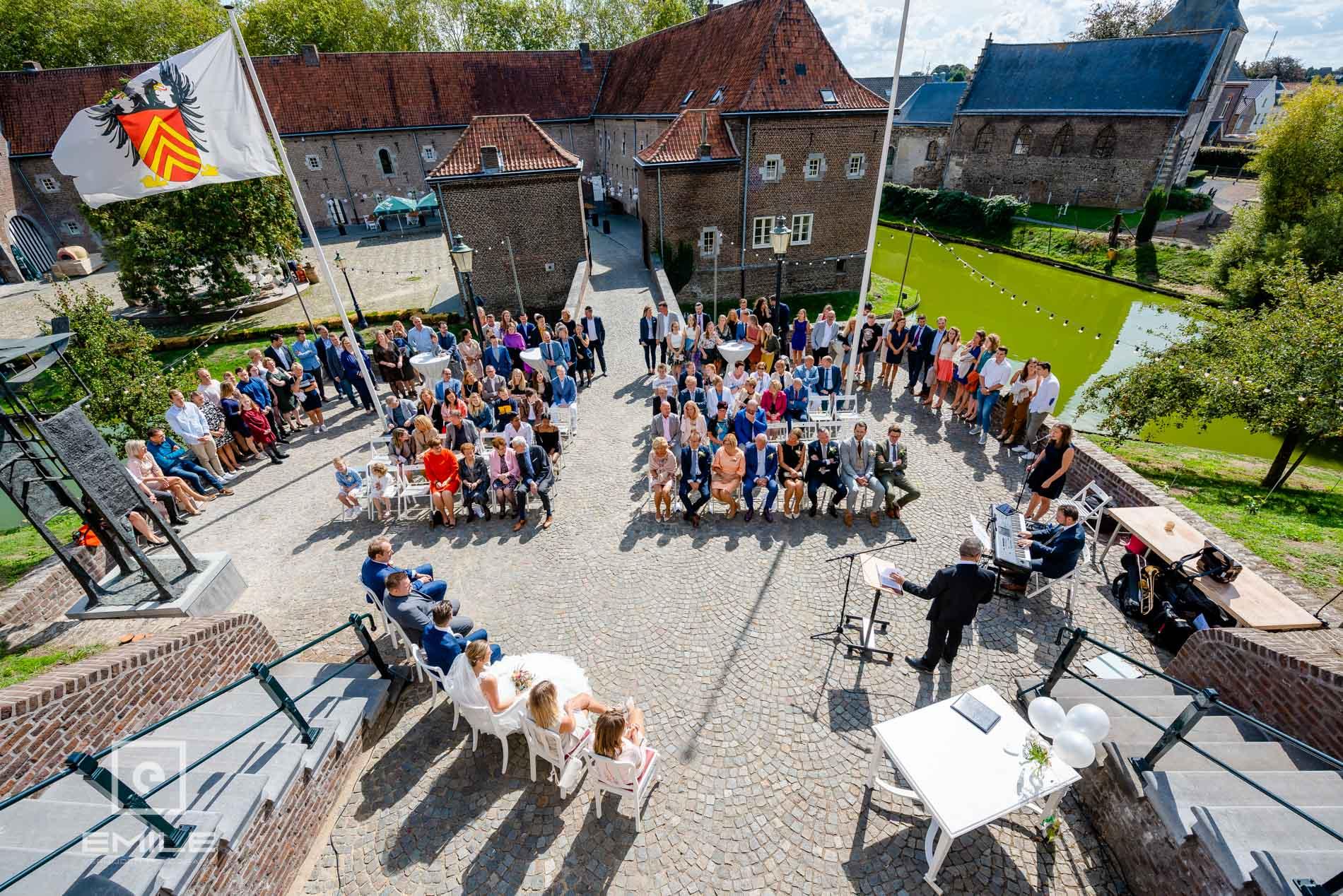Bruidsfotograaf Kasteel Limbricht overzicht foto van de bruiloftsgasten. Trouwen in Zuid-Limburg