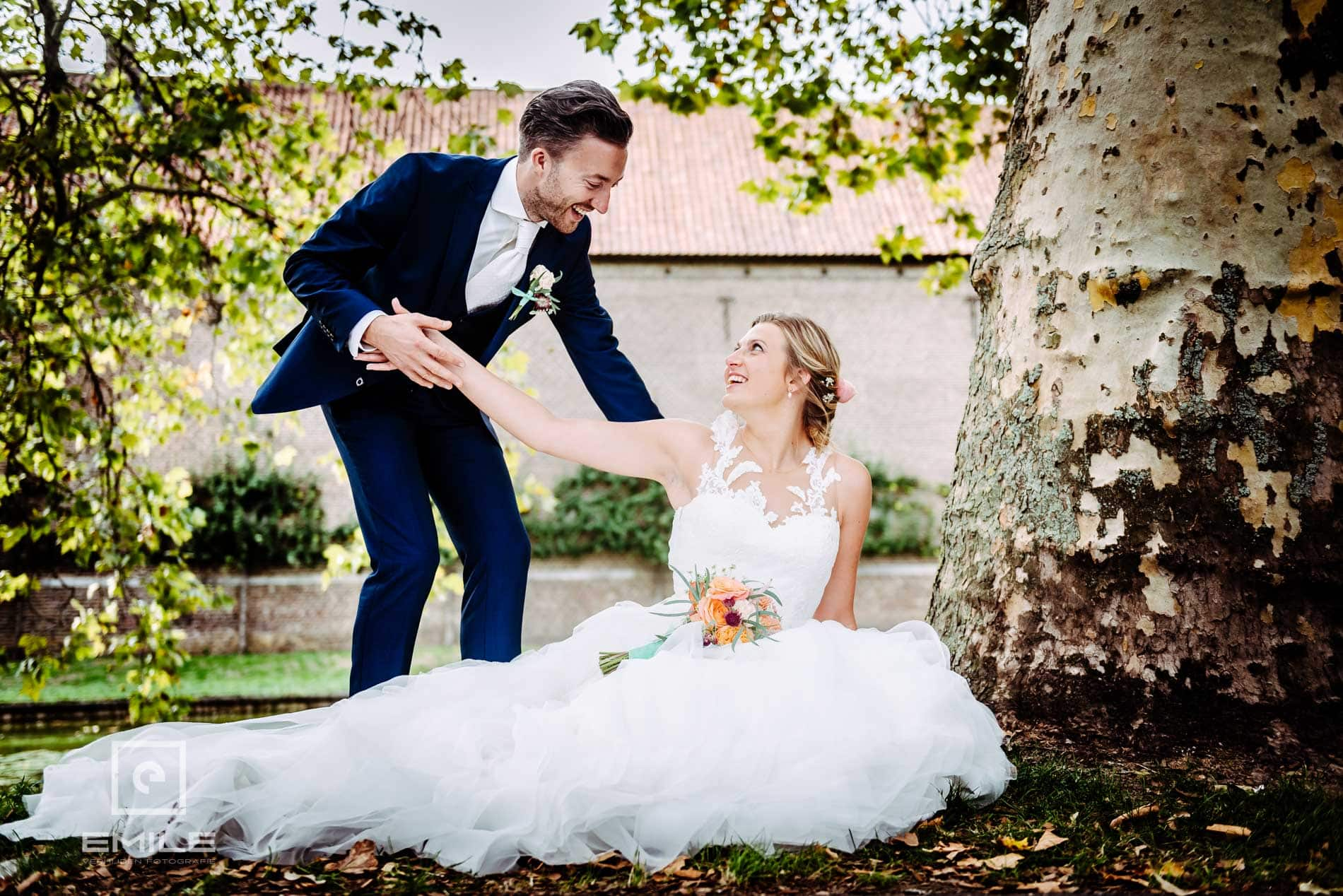 Bruidsfotograaf Kasteel Limbricht - bruid op de grond