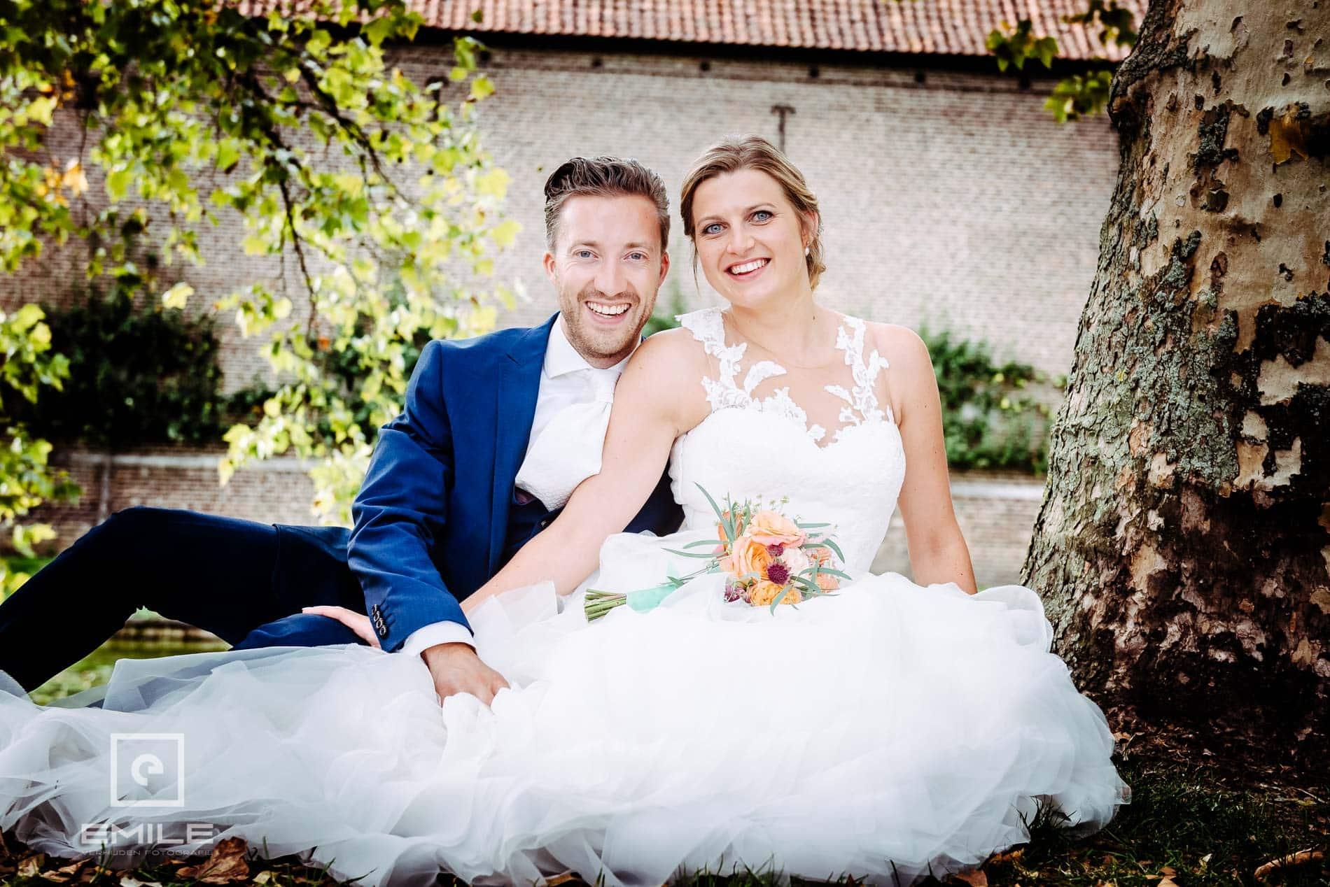 Bruidsfotograaf Kasteel Limbricht- samen zittend op de grond