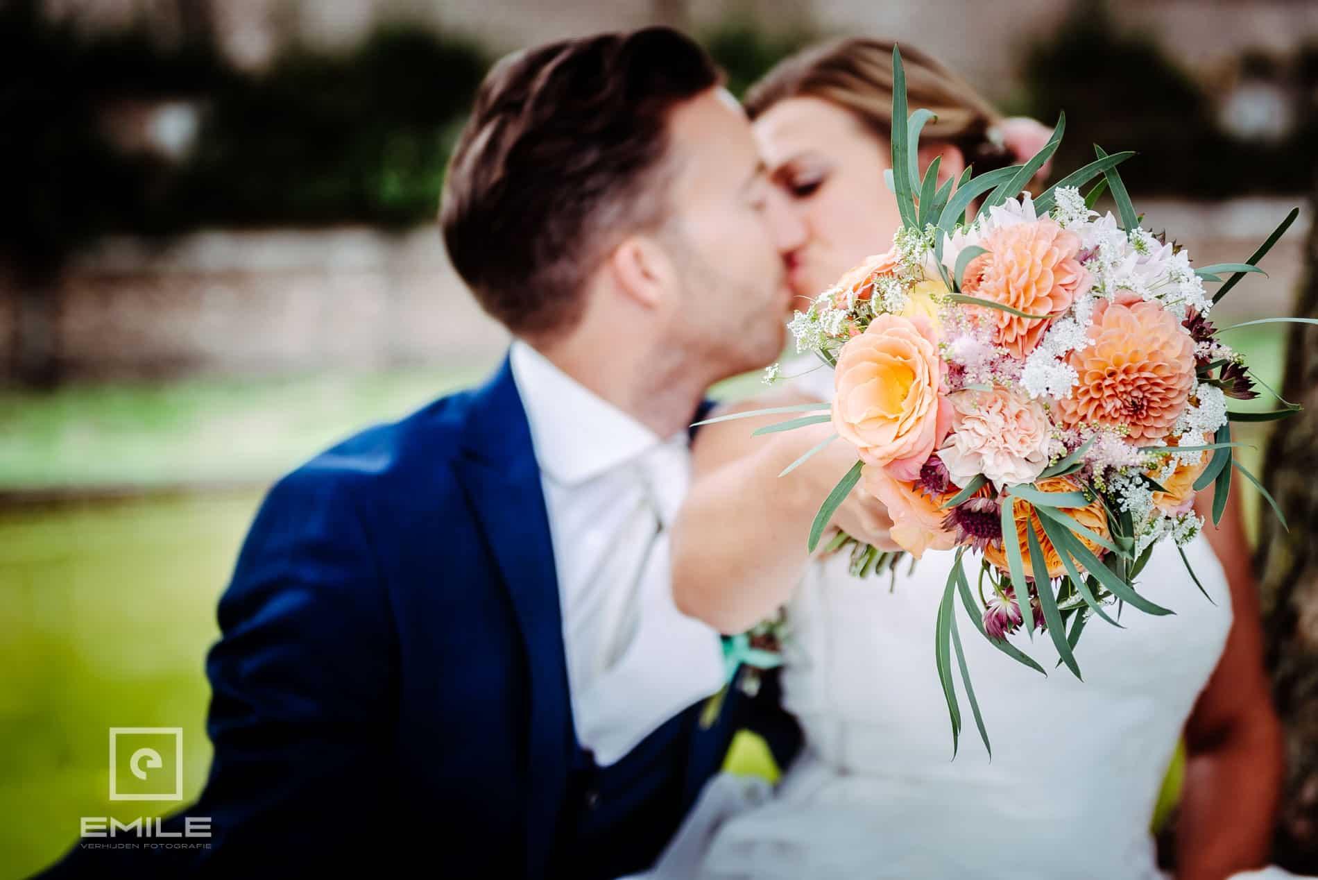 Bruidsfotograaf Kasteel Limbricht - kus met boeket