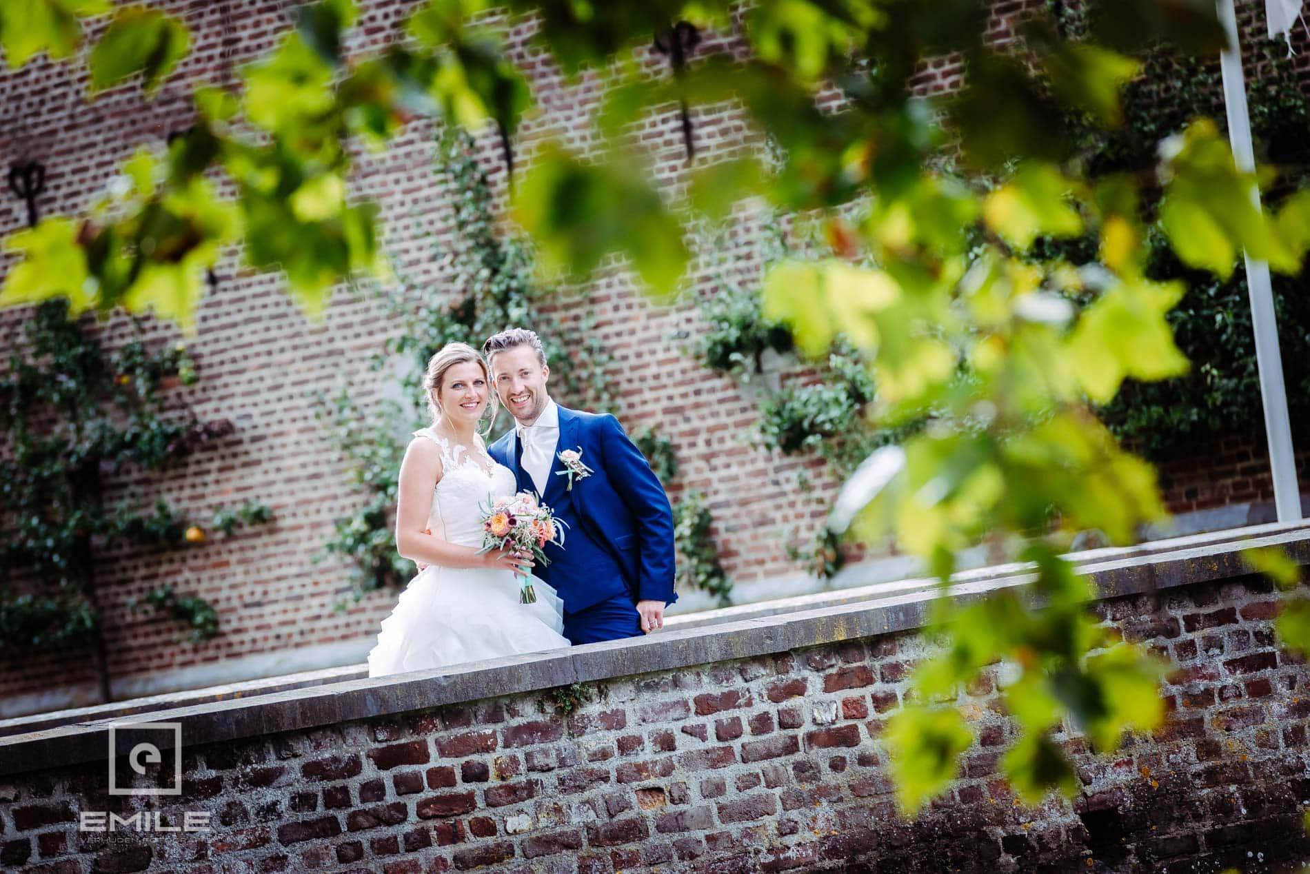Bruidsfotograaf Kasteel Limbricht samen op de kasteelbrug