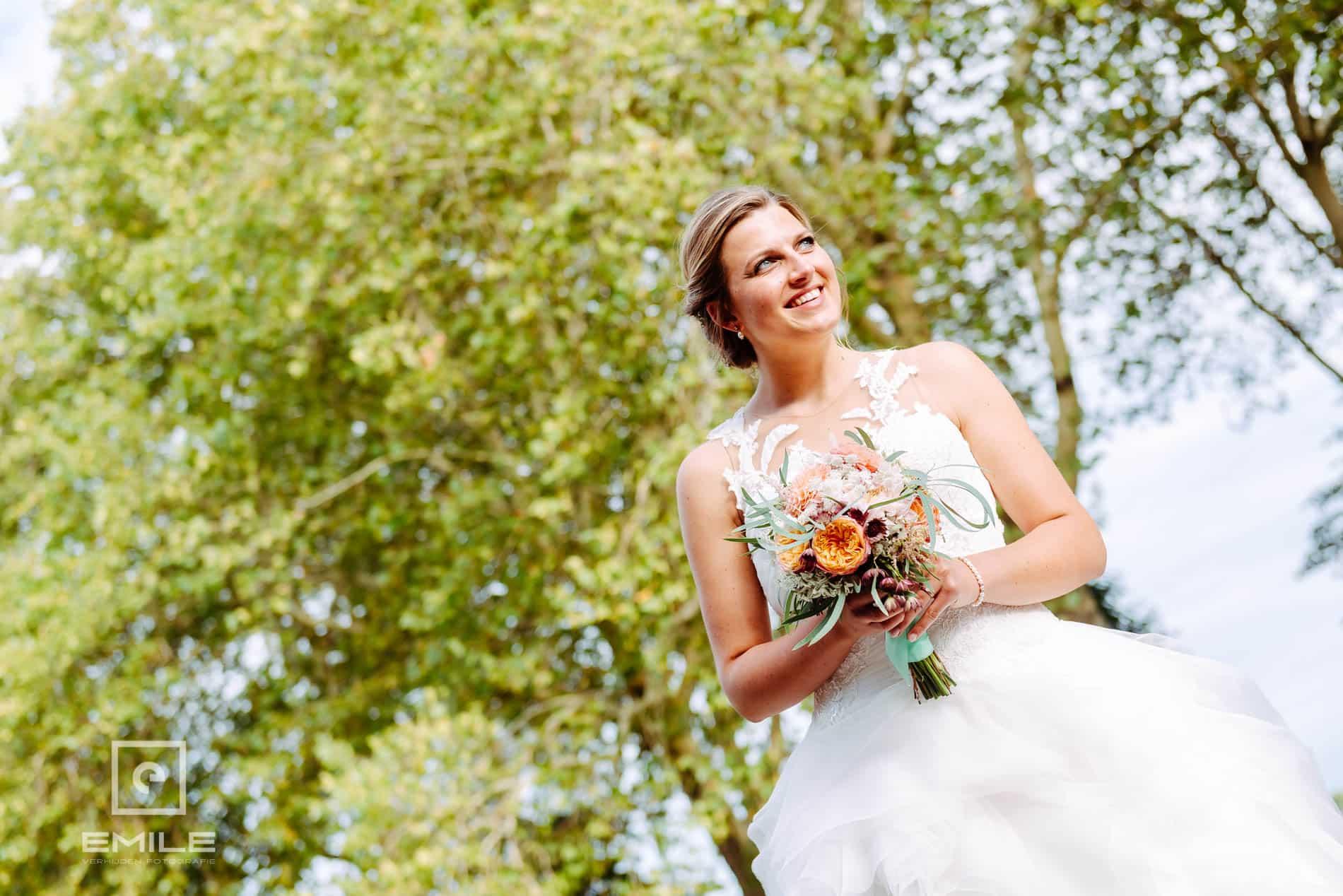 Bruidsfotograaf Kasteel Limbricht - happy bruid