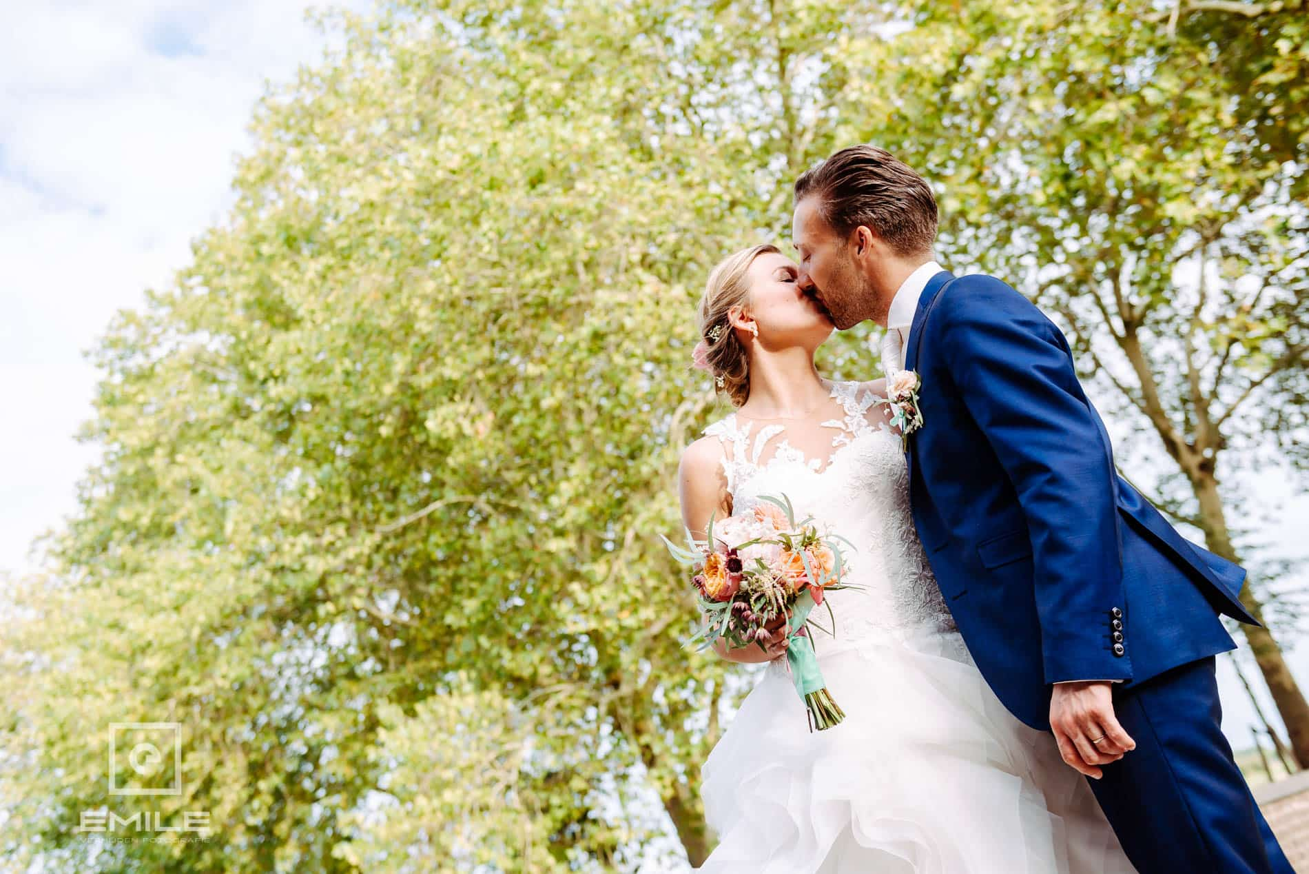 Bruidsfotograaf Kasteel Limbricht-  kus bij bomen