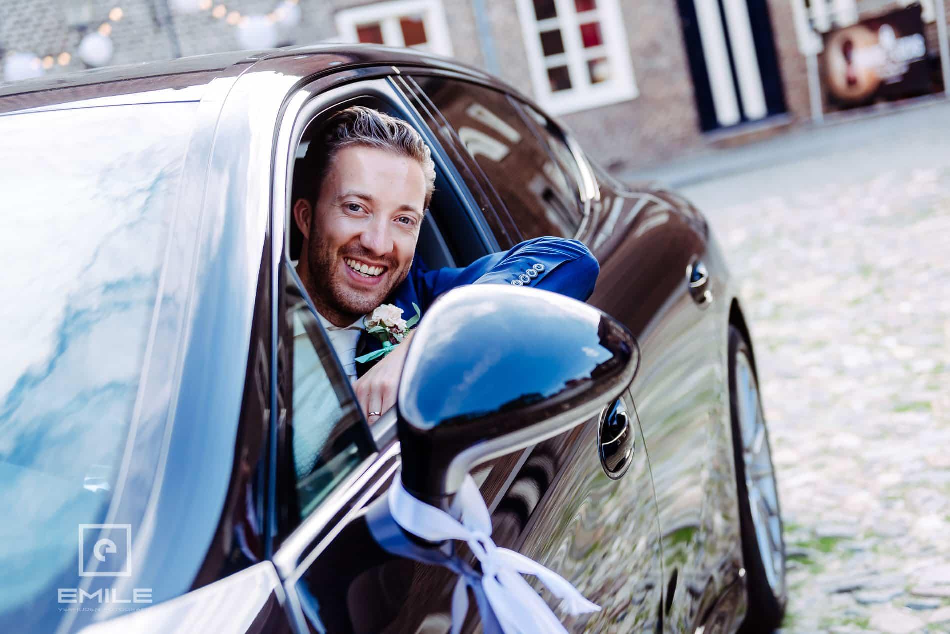 Huwelijksfotograaf Kasteel Limbricht - bruidegom in Porsche