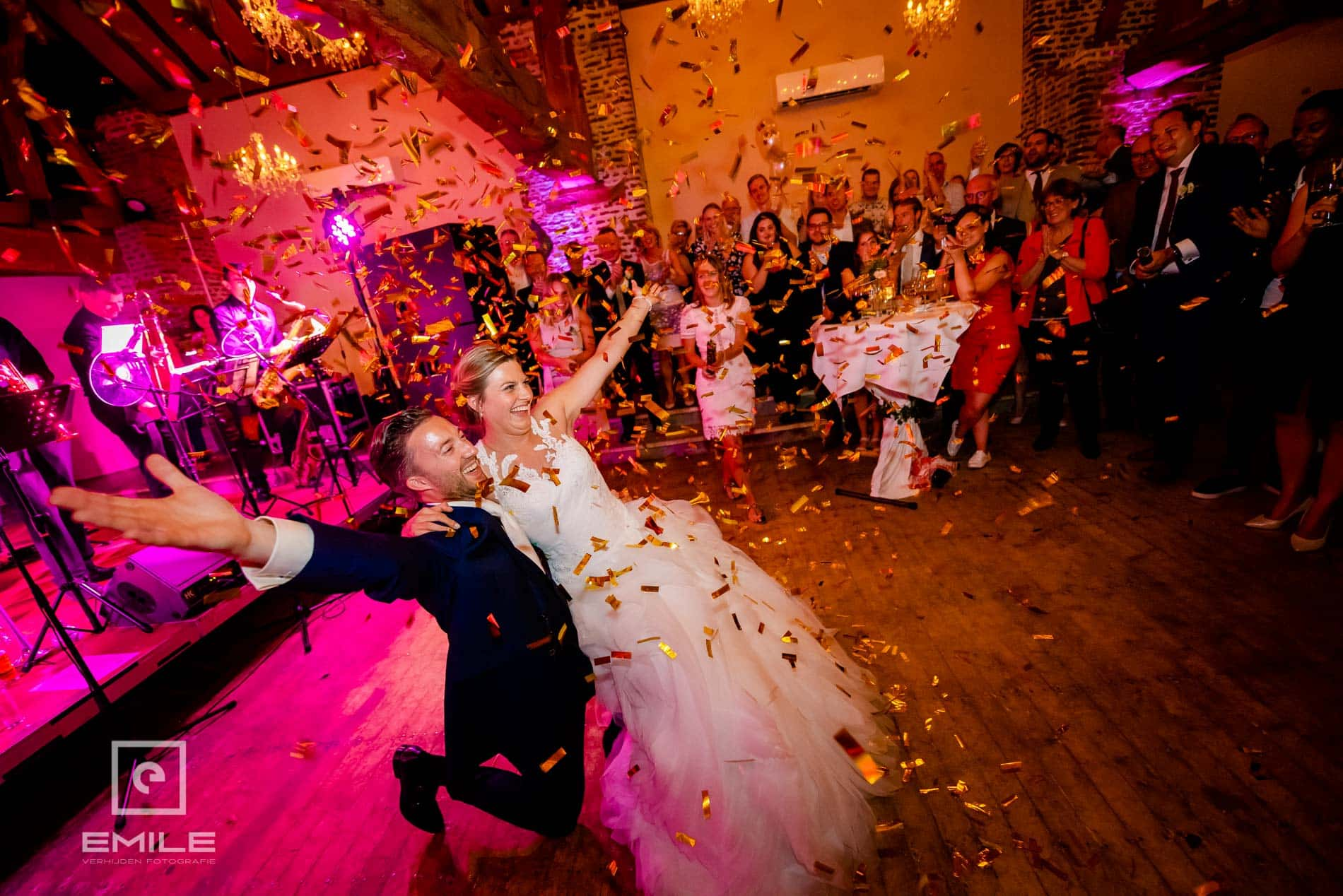 Bruidsfotograaf Kasteel Limbricht dans met confetti