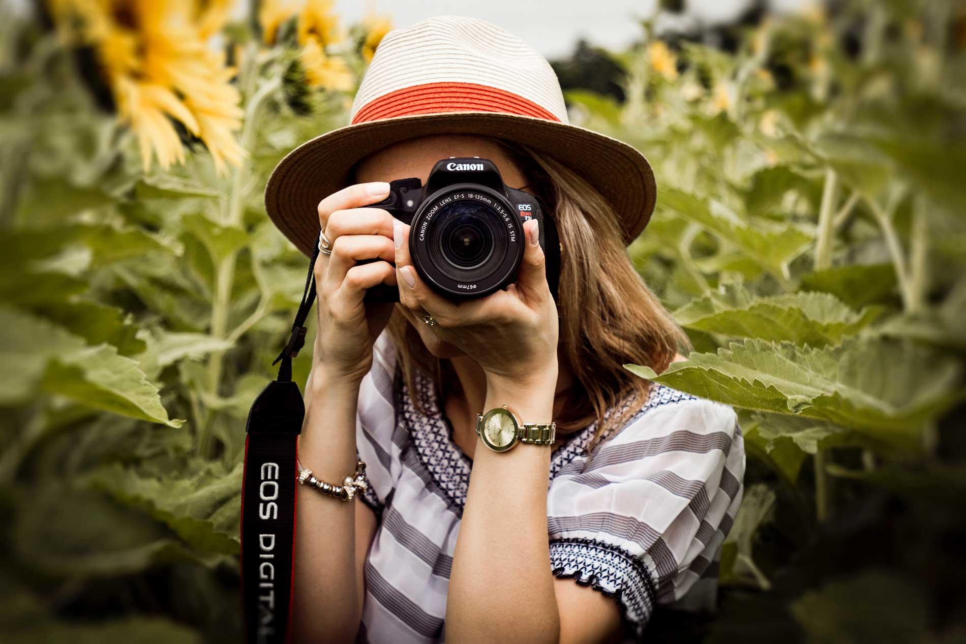 Dame met fotocamera in de hand