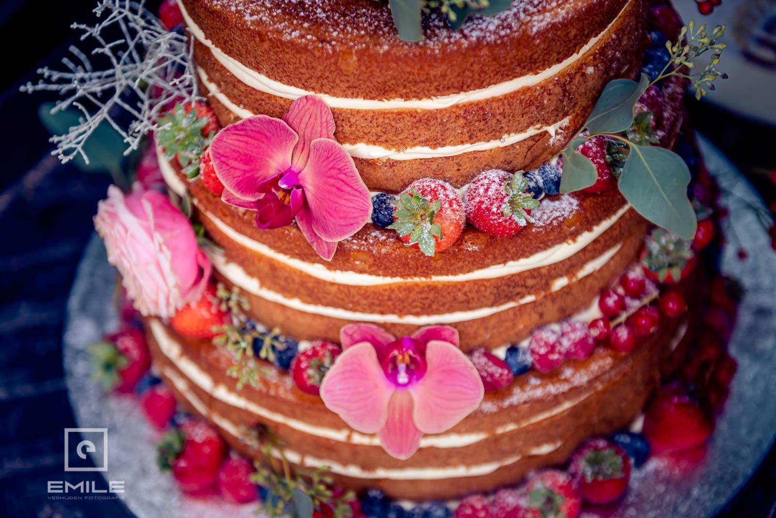 De bruidstaart is net gebracht door de bakker