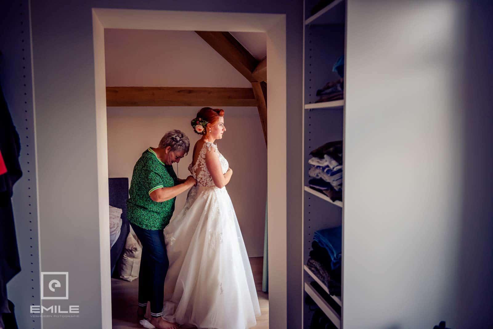 Moeder kleed bruid aan. Bruiloft Wylre Zuid-Limburg