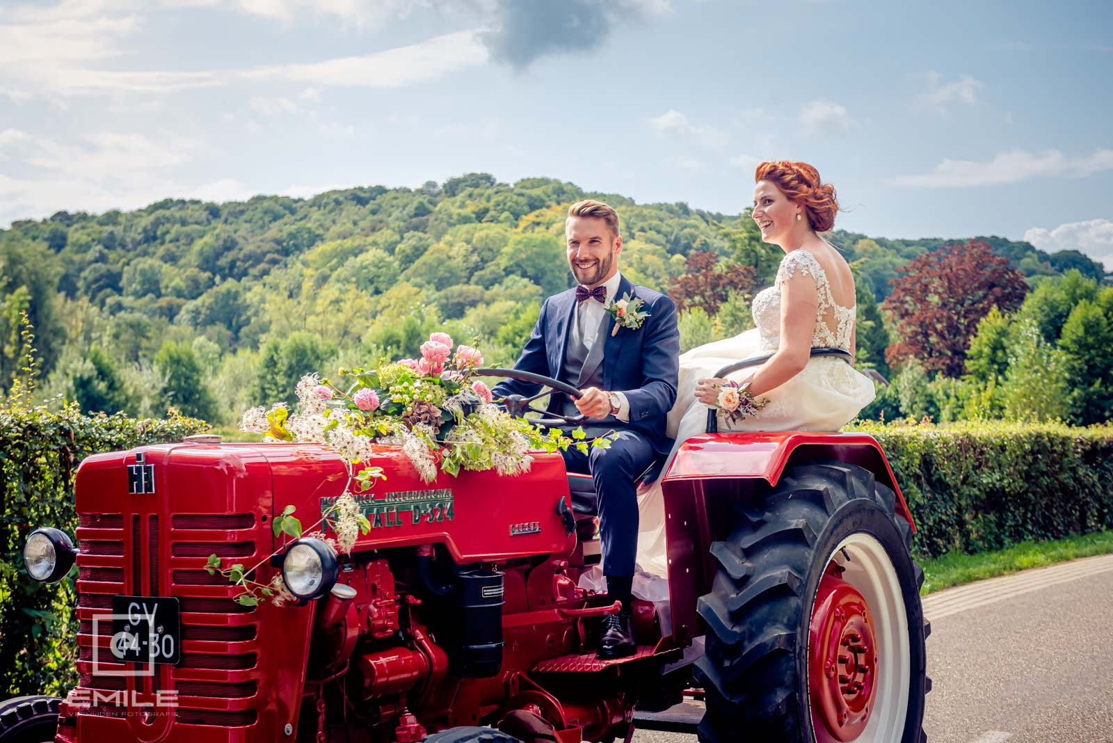 Op weg met de tractor naar de kerk van Wylre met het bruidspaar. Bruiloft Zuid-Limburg
