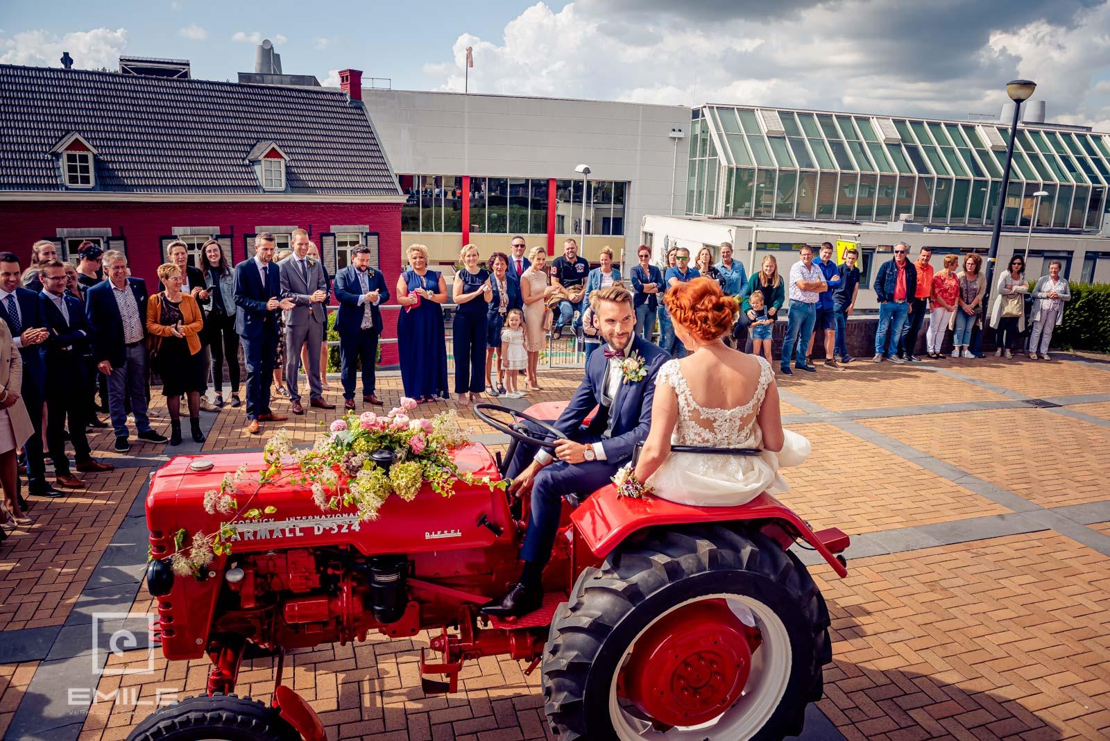 Aankomst bij de kerk van Wylre met de tractor. Bruiloft Zuid-Limburg