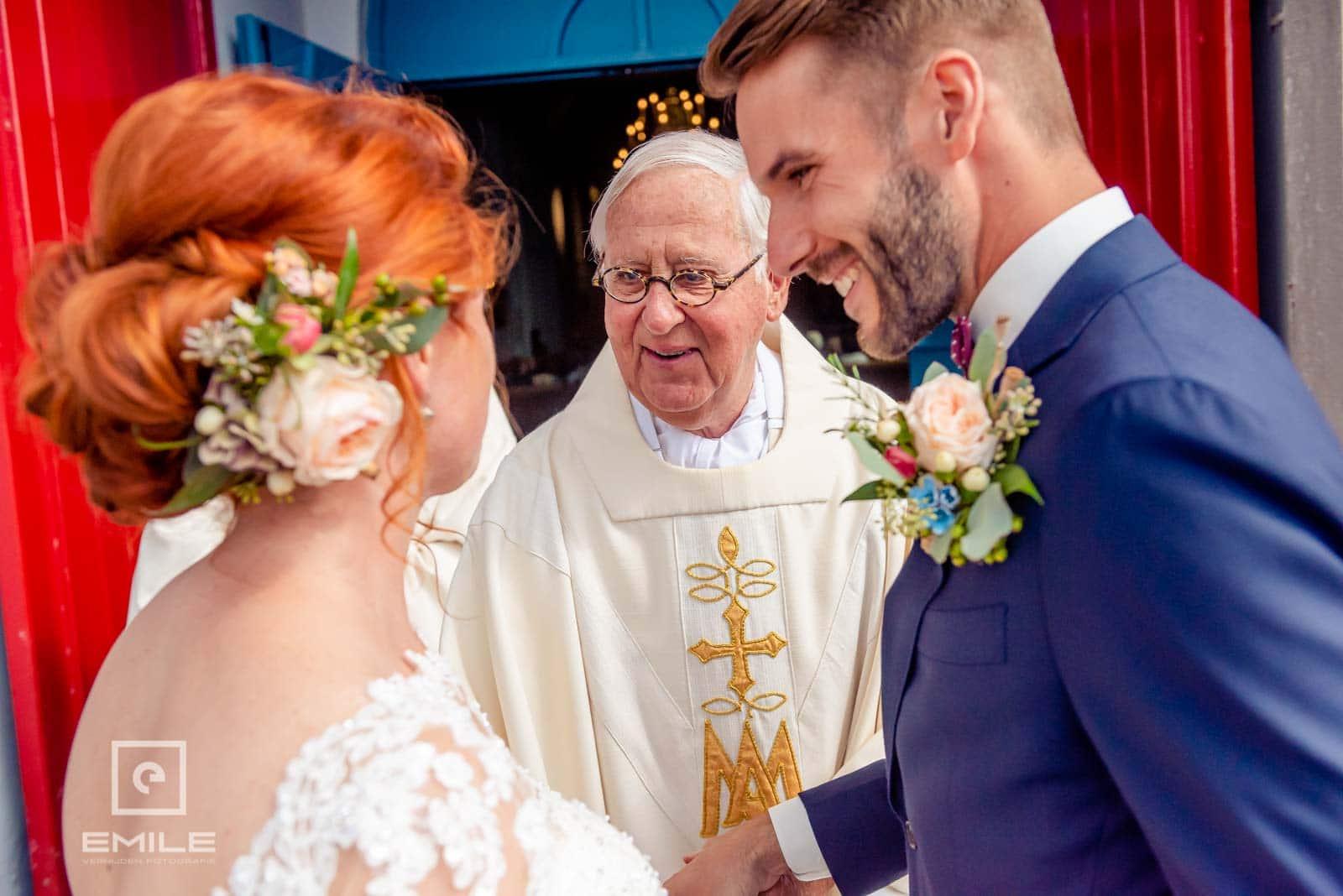 Pastoor van Wylre begroet het bruidspaar