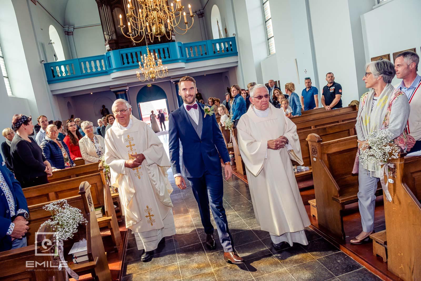 Bruidegom loopt kerk van Wylre binnen