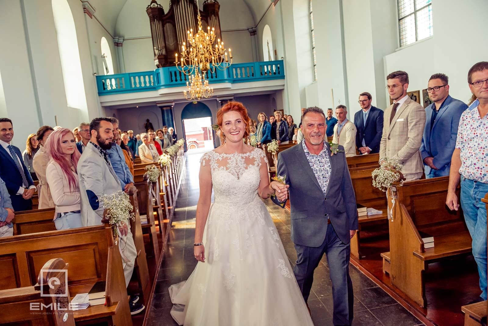 Bruid loopt kerk van Wylre binnen