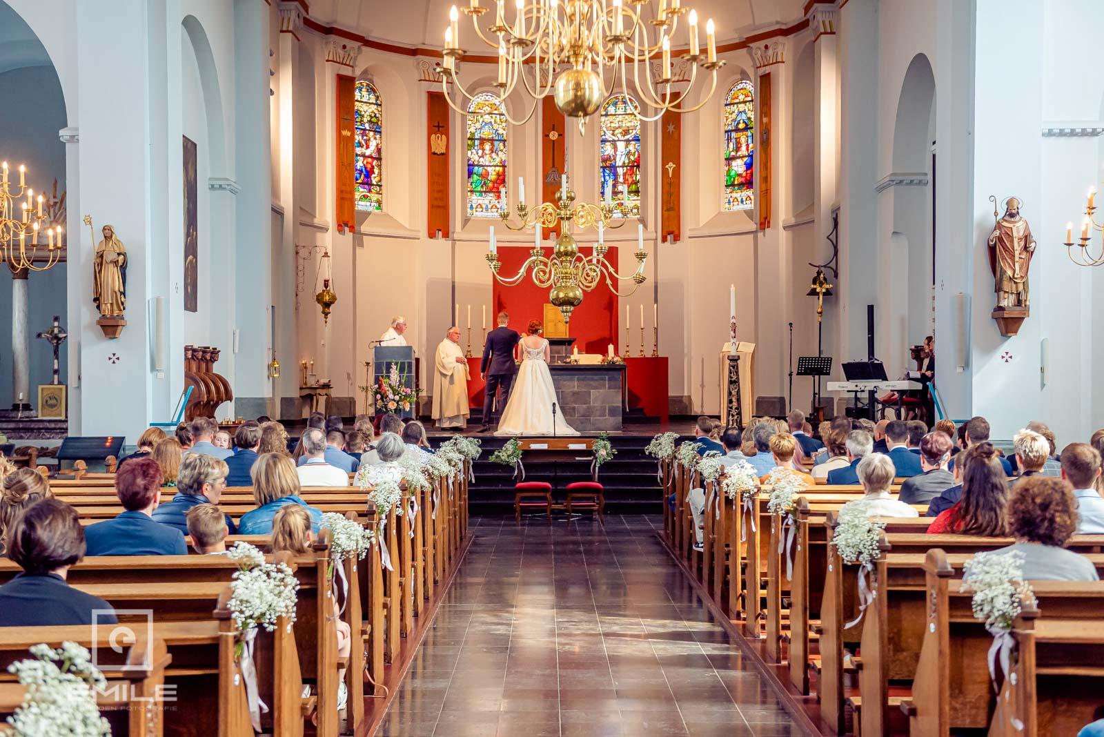 Bruidspaar op altaar in kerk van Wylre