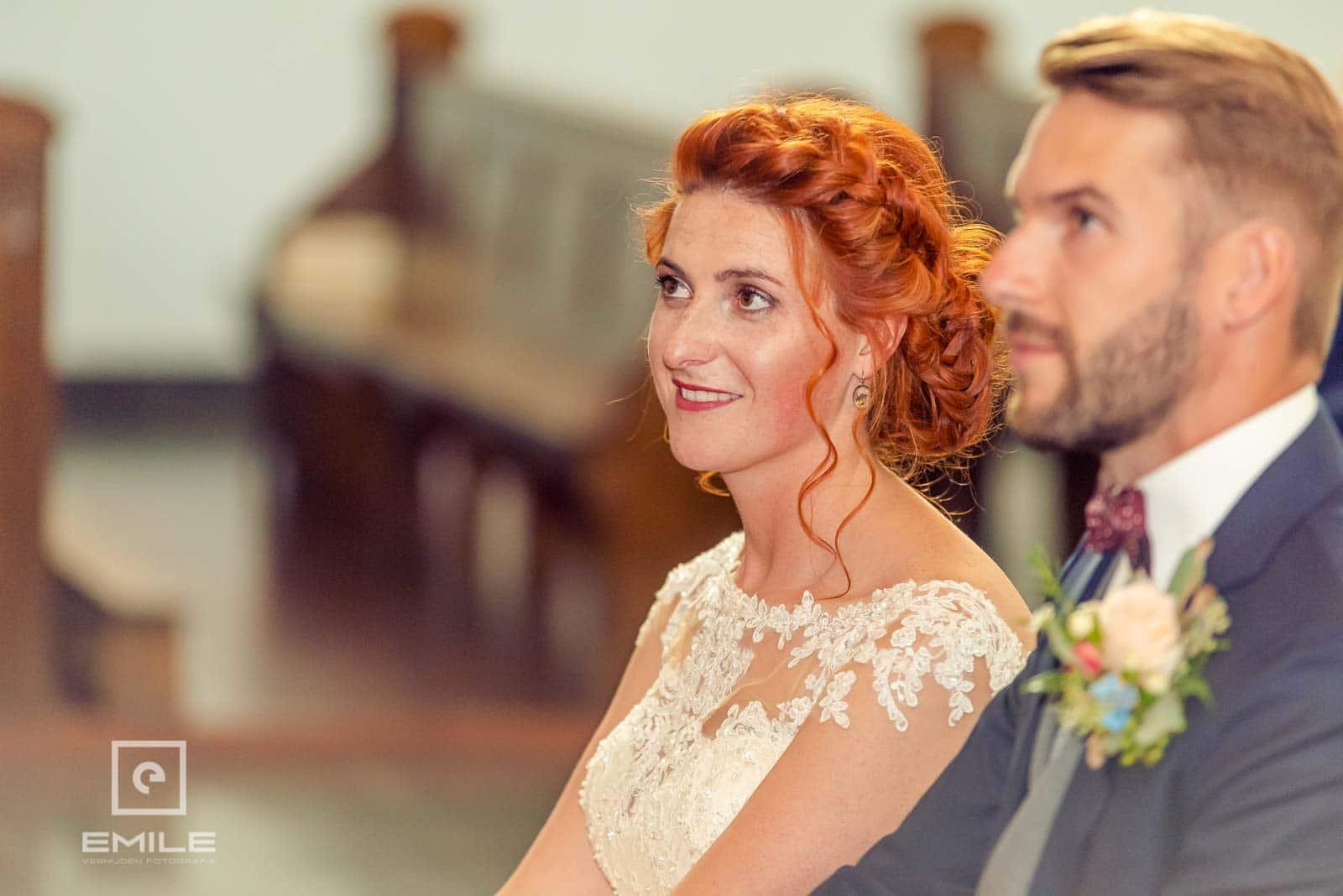 Stralende bruid in de kerk. Bruiloft Wylre Zuid-Limburg
