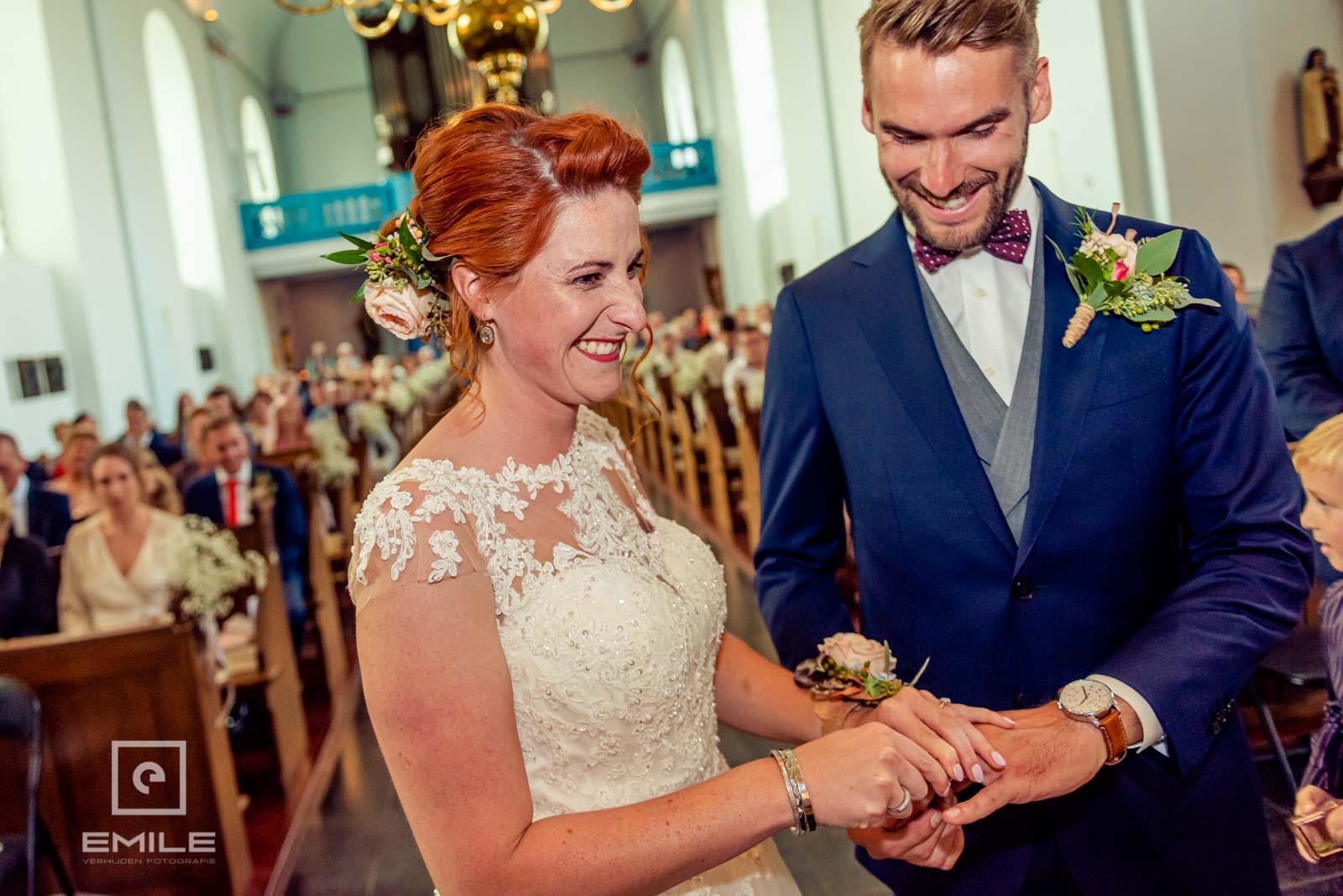 De ringen worden aangeschoven. Bruiloft Wylre-Zuid Limburg