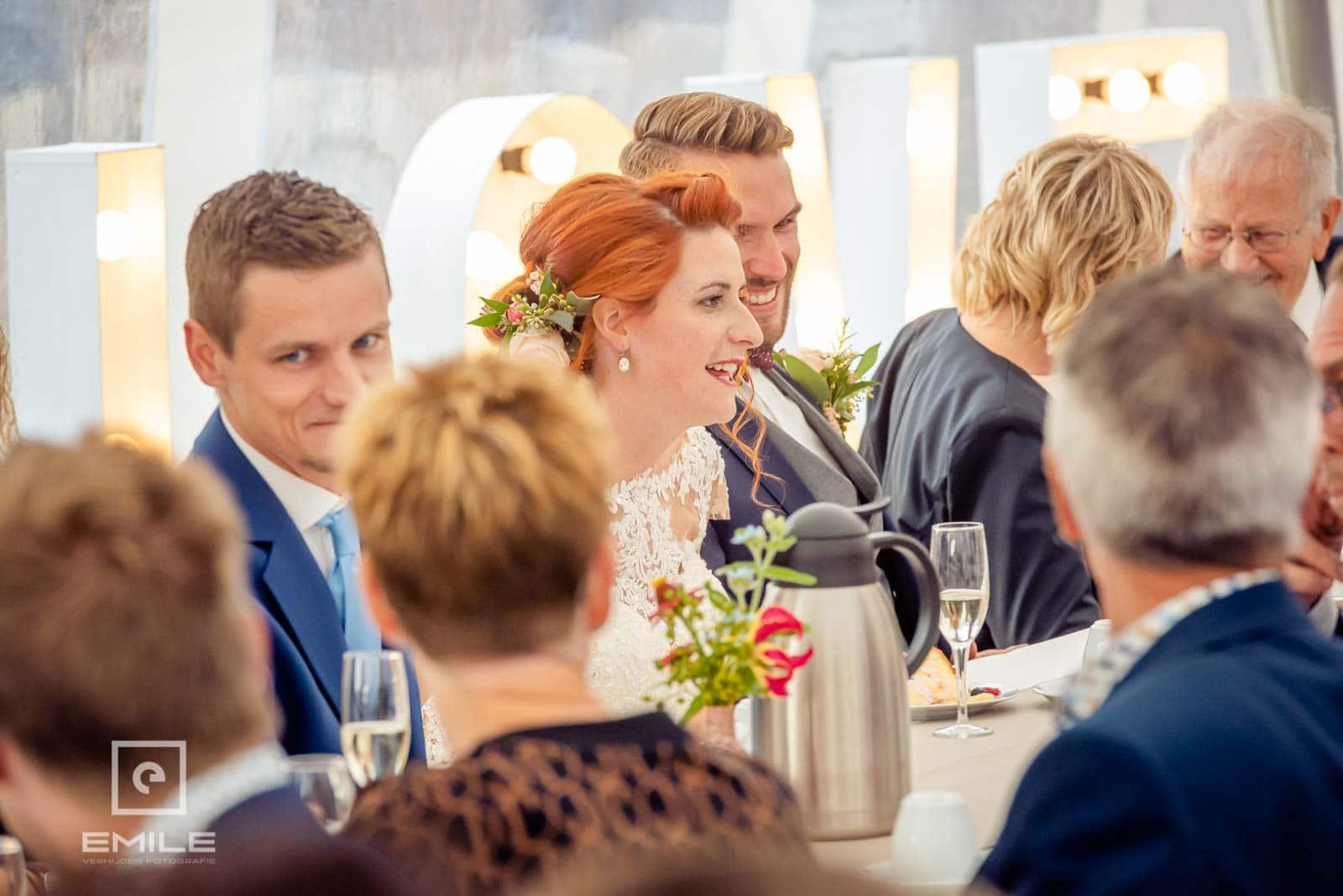 Even bijkletsen in de tent die in de tuin staat van het bruidspaar. Huwelijk Wylre Zuid-Limburg