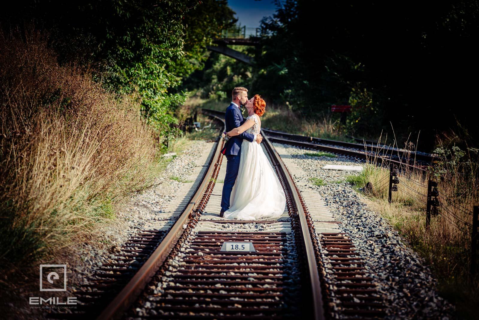 Bruidspaar op het spoor in Wylre. Top foto