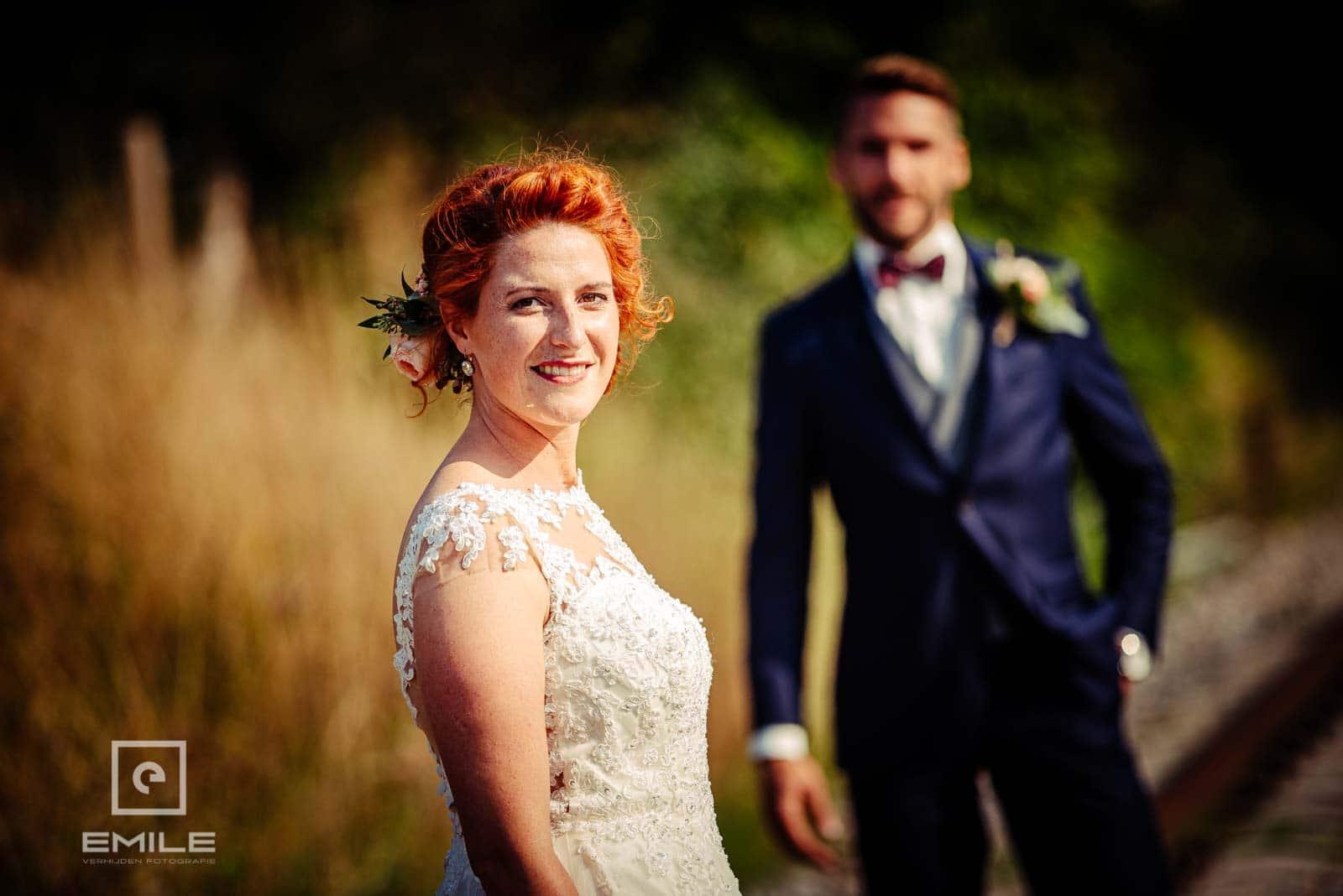 Mooie foto van bruid op het spoor in Wylre