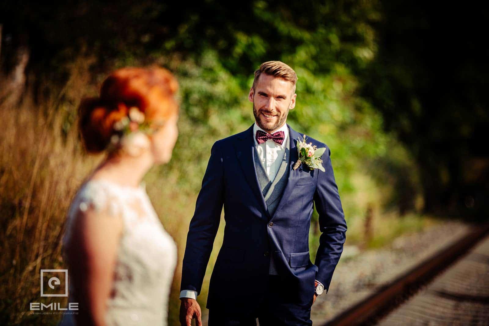 Mooie foto van bruidegom op het spoor van Wylre