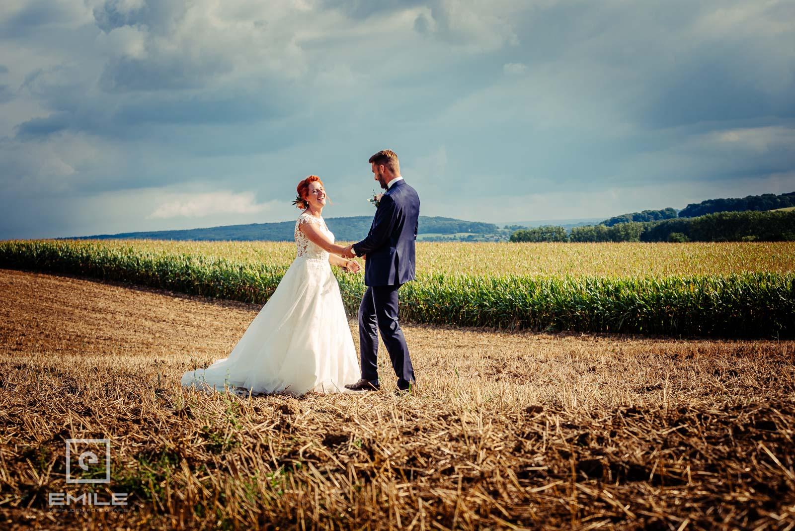 Bruidspaar in het veld van Wylre. Huwelijk Zuid-Limburg