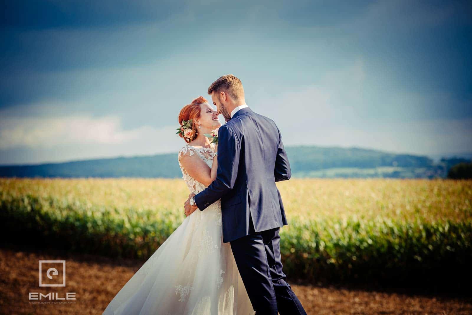 Samen knuffelen in het veld. Huwelijk Wylre Zuid-Limburg