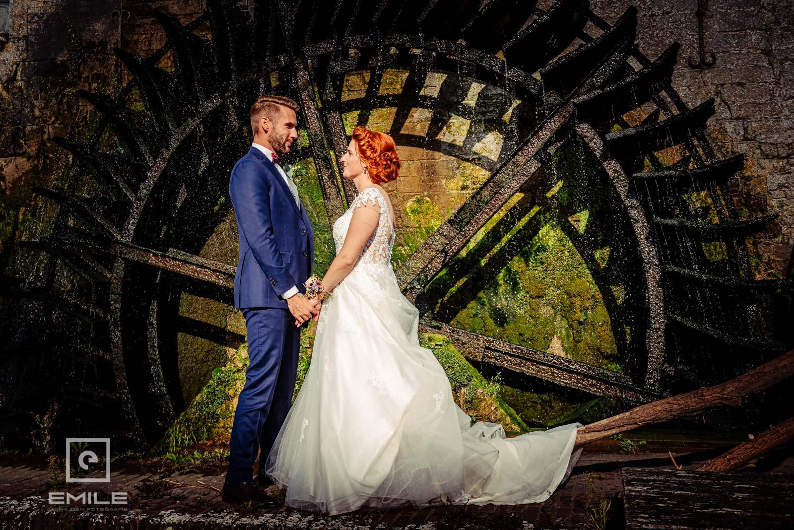 Bruidspaar bij het prachtige waterrad van Wylre
