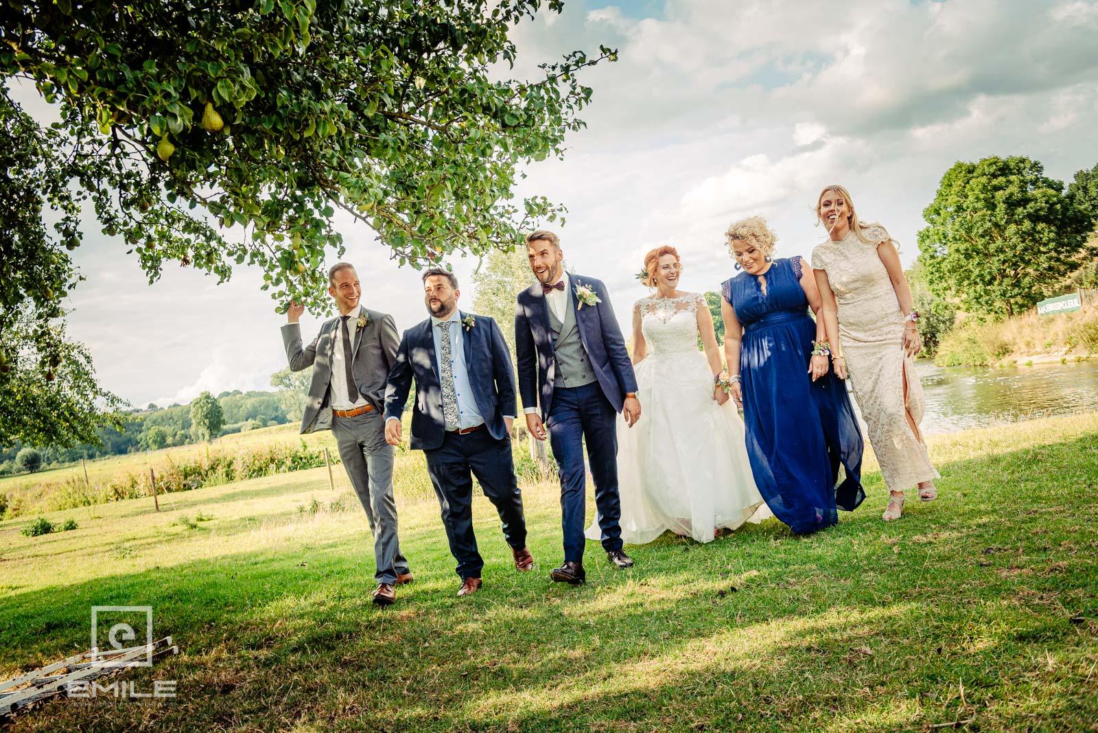 Met vrienden lopen door de wei . Huwelijk Wylre Zuid-Limburg