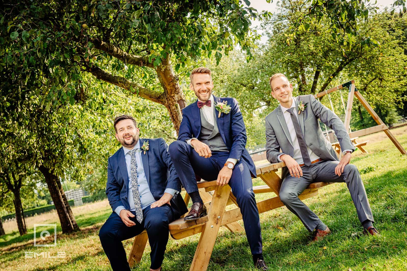Stoere mannen op het bankje in de wei. Huwelijk Zuid-Limburg