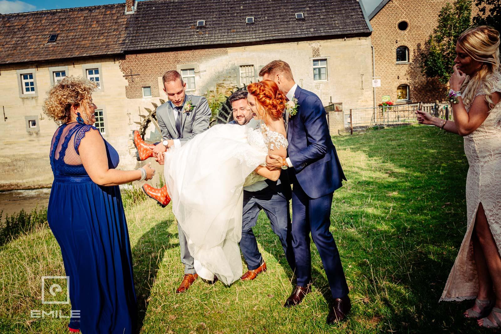 De bruid wordt gedragen door de vrienden