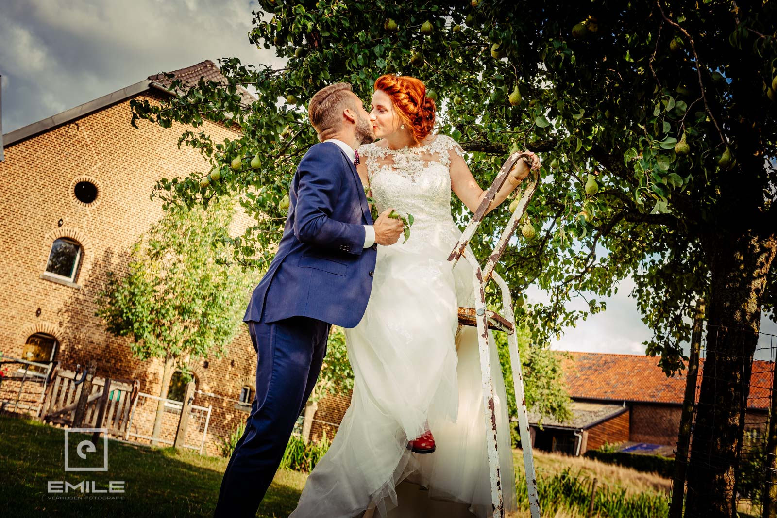 Bruid staat op de ladder in de wei. Bruiloft Zuid-Limburg Wylre