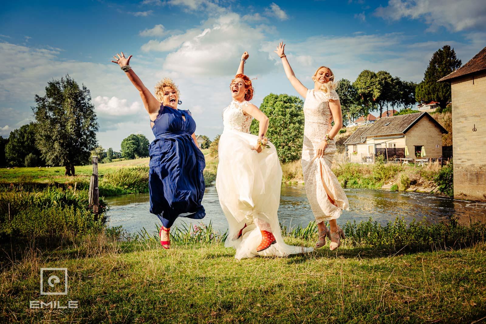 Met de vriendinnen in de lucht springen. Bruiloft Limburg - Wylre