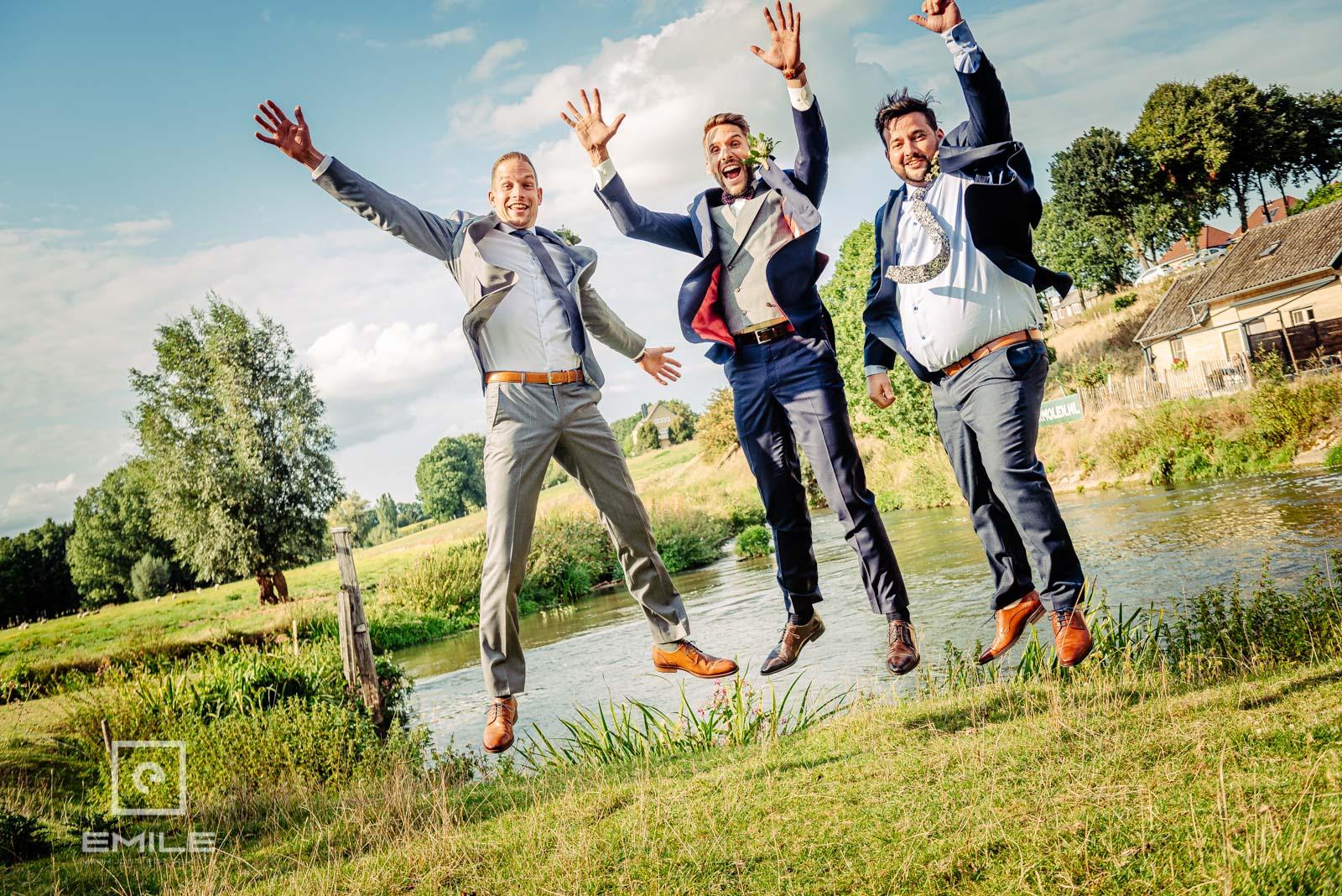 Met de vrienden in de lucht springen. Bruiloft Limburg - Wylre