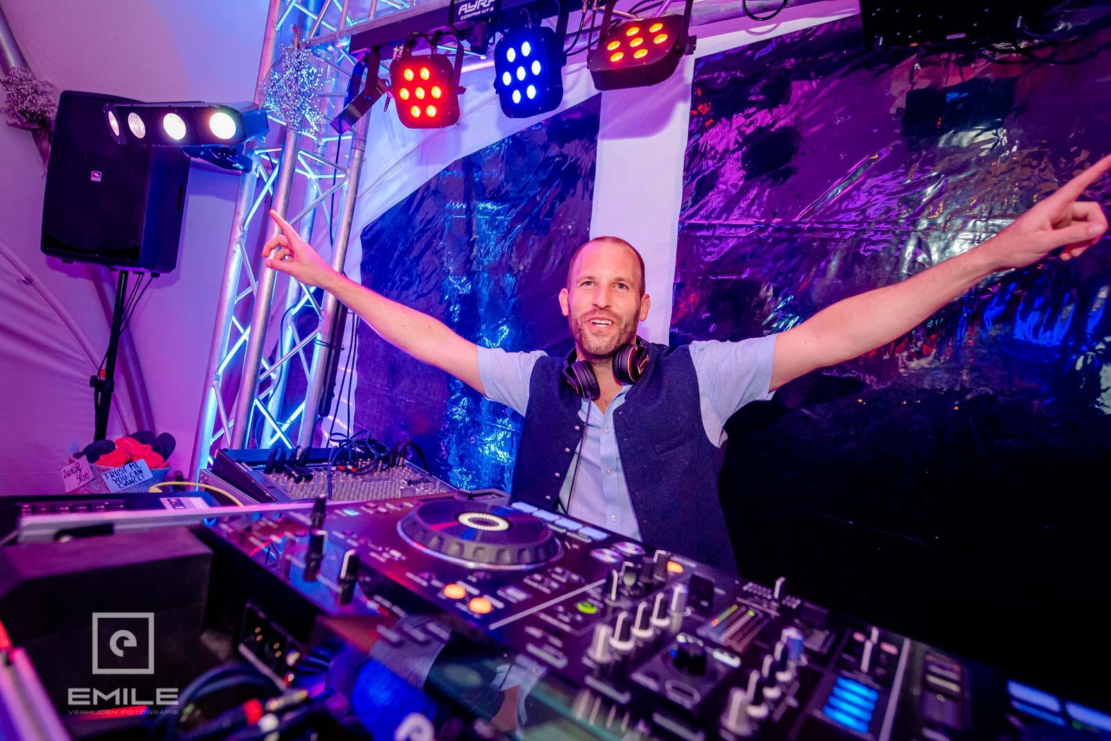 De DJ is er helemaal klaar voor . trouwen in Limburg
