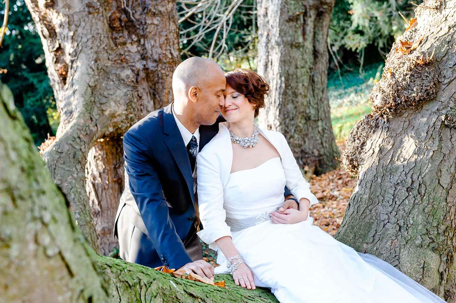 Anna en Bertrand zitten op tak van de boom in de tuin van Kasteel Wittem