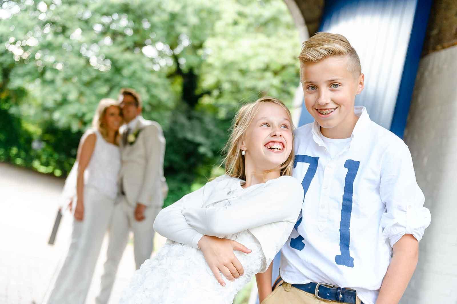 Brudiskinderen op de voorgrond pappa en mamma staan vers getrouwd op de achtergrond bij Winselerhof Landgraaf