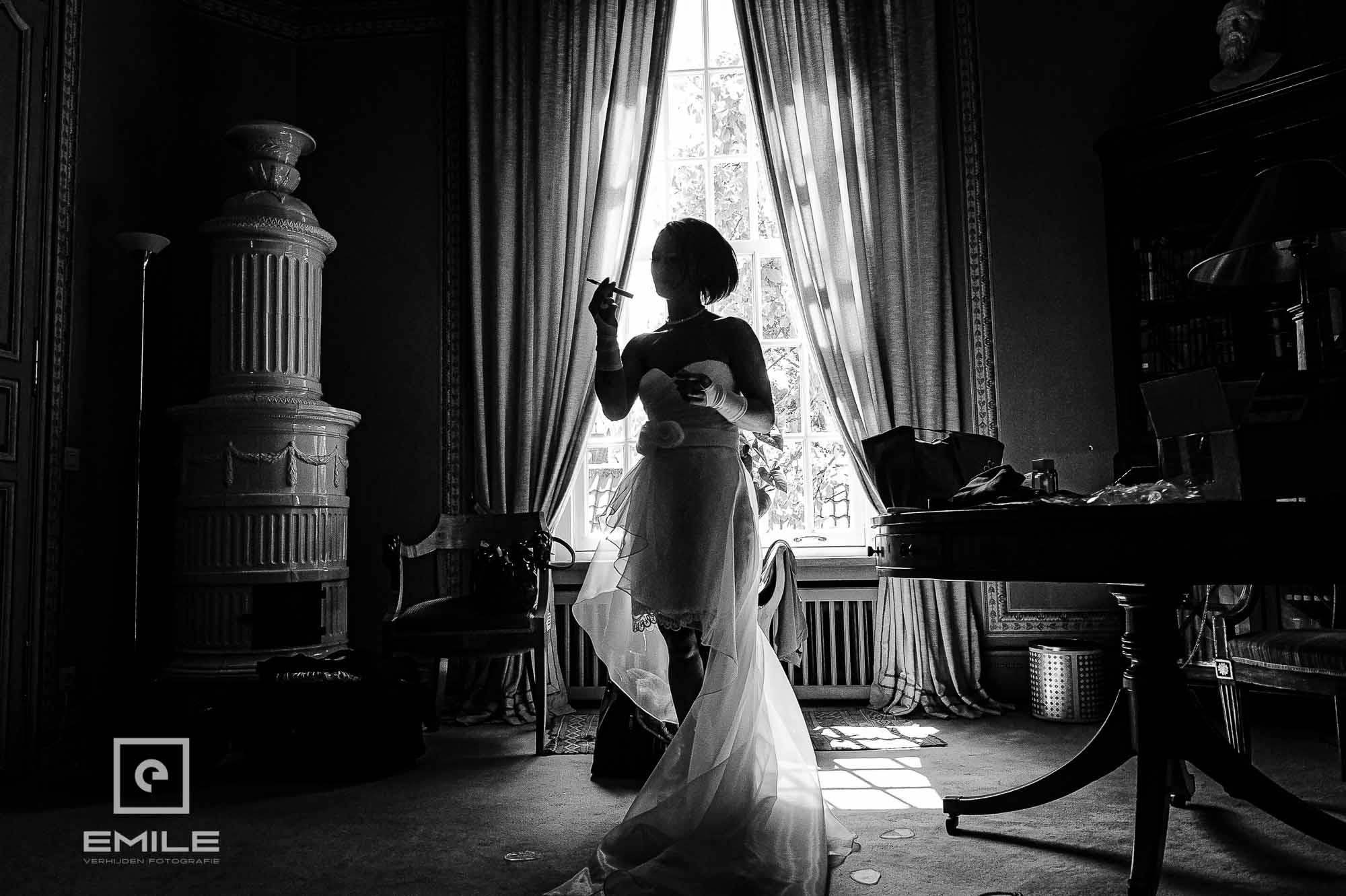 Bruid zwart-wit bij Kasteel Groot Buggenum met tegenlicht bij raam