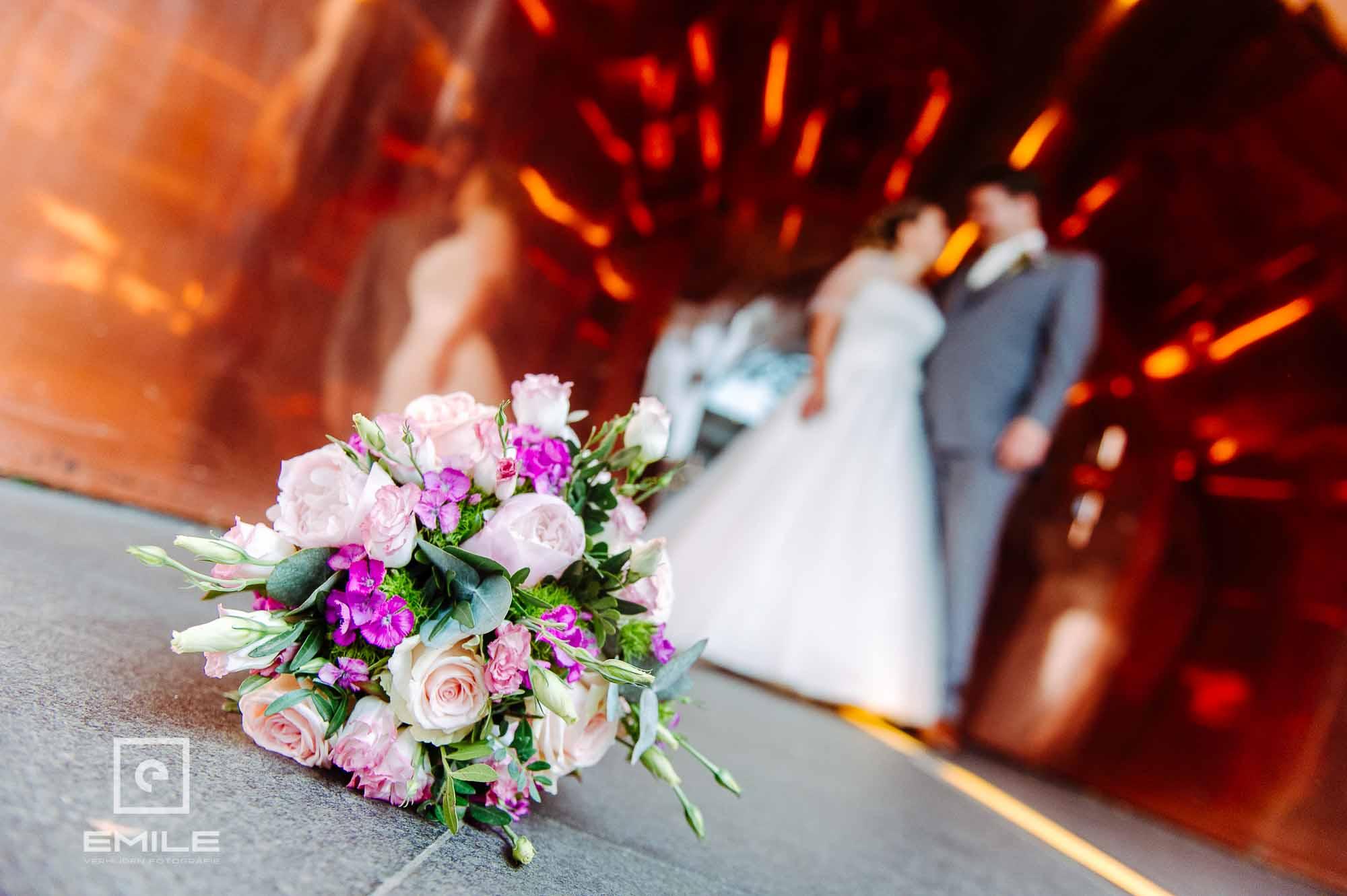 Bruidspaar bij Kruisheren hotel bij de koperen ingang