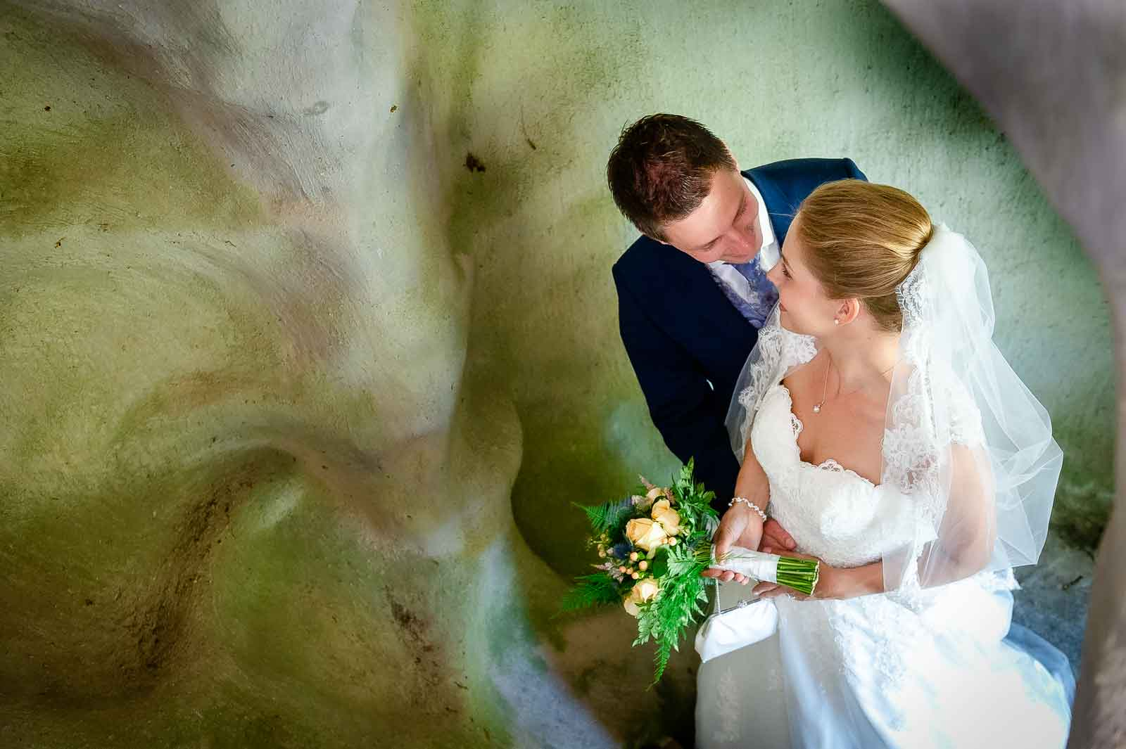 Bruidspaar in een trappegat bij Kasteeltuinen te Arcen