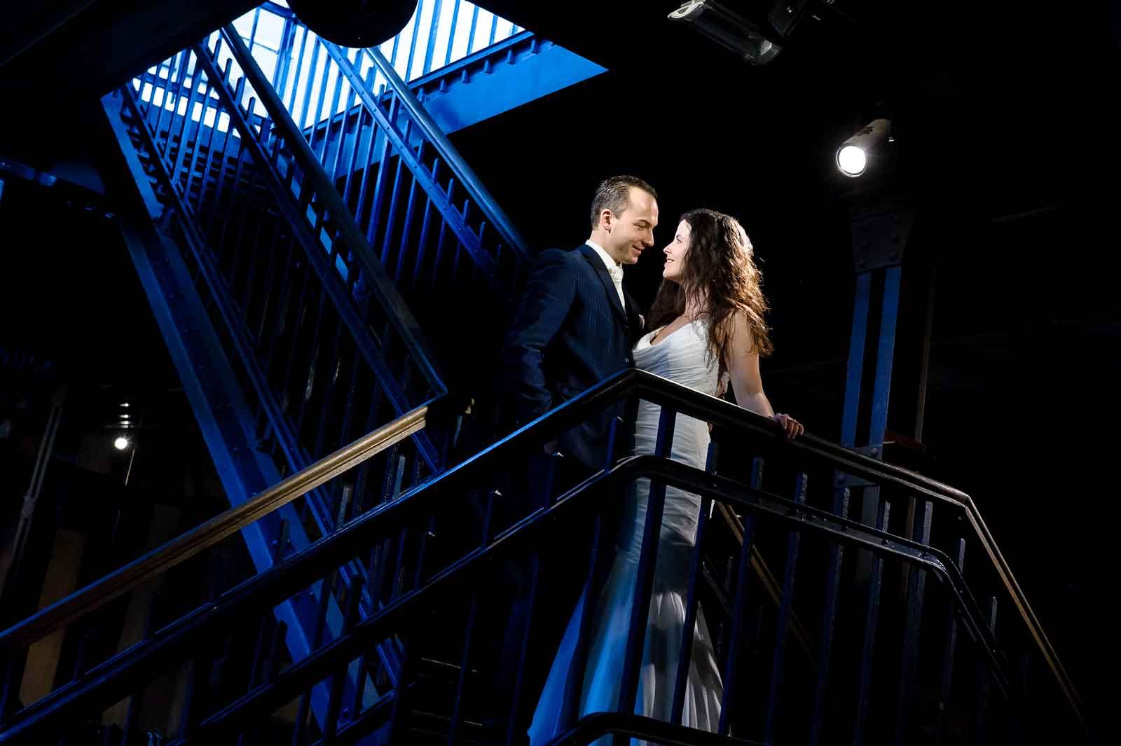 Huwelijk C-mine Belgie bruidspaar op de trap met mooi licht door lamp