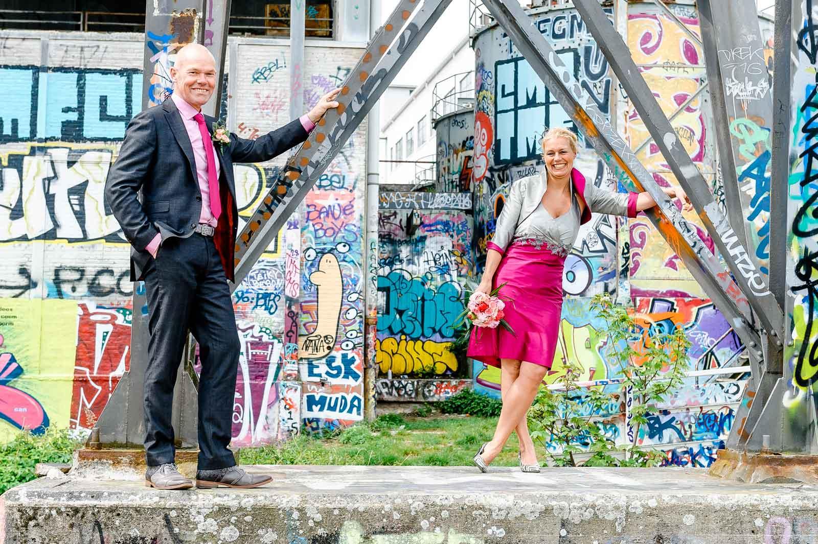 Huwelijk bij basin Maastricht met veel graffiti op de achtergrond