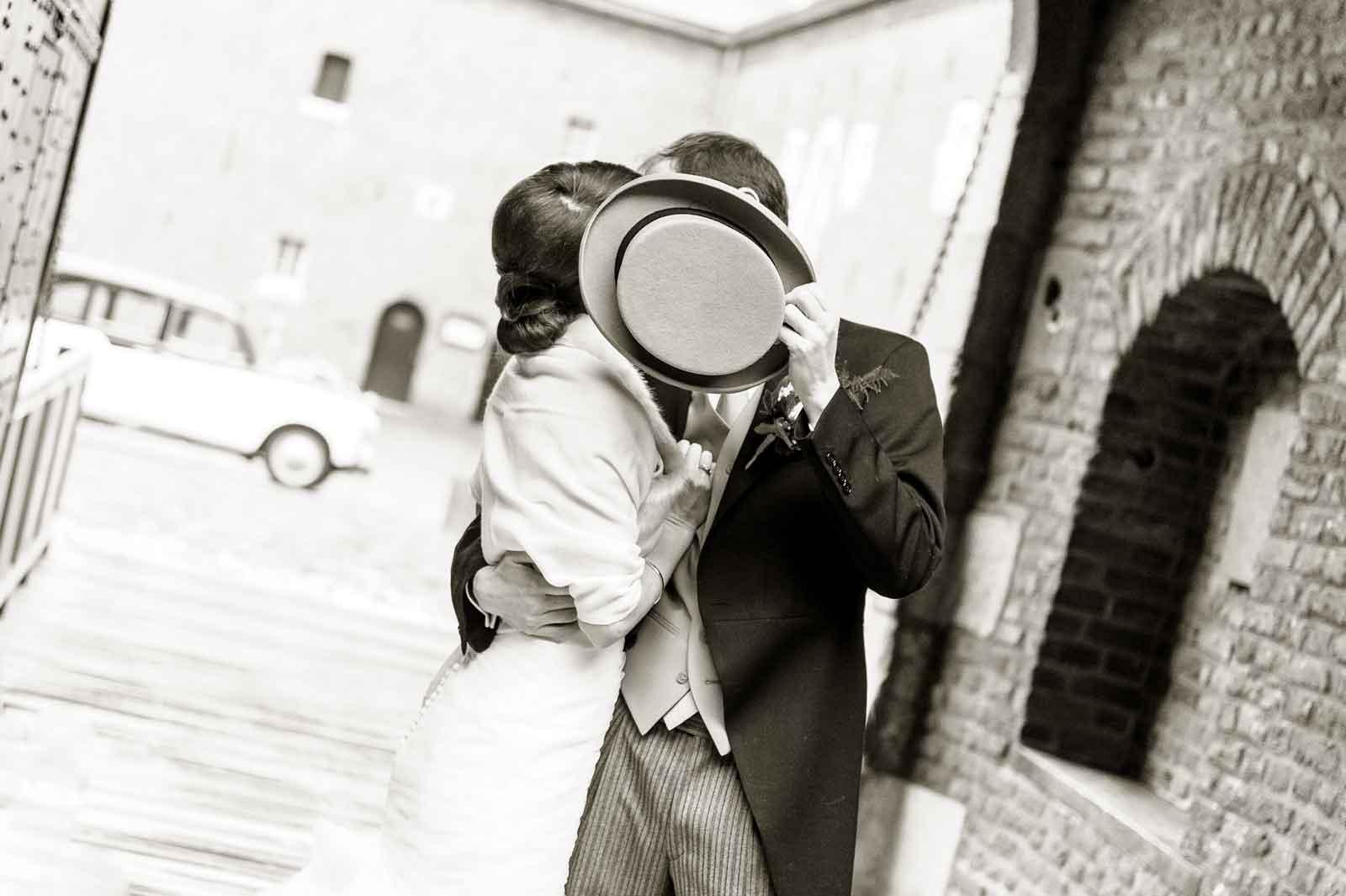 Net getrouwd en de trouwhoed verbergt de kus bij Kasteel Hoensbroek