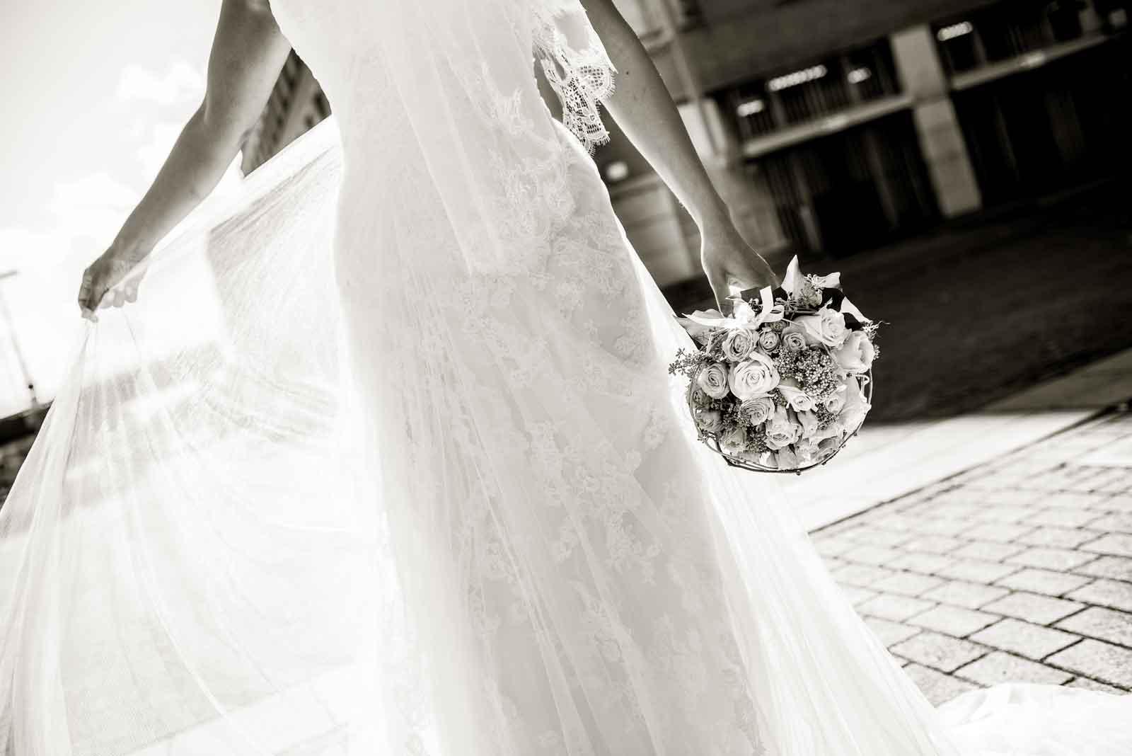 Prachtig doorschijnende bruidsjurk bij Bonnefanten Museum zwart-wit foto
