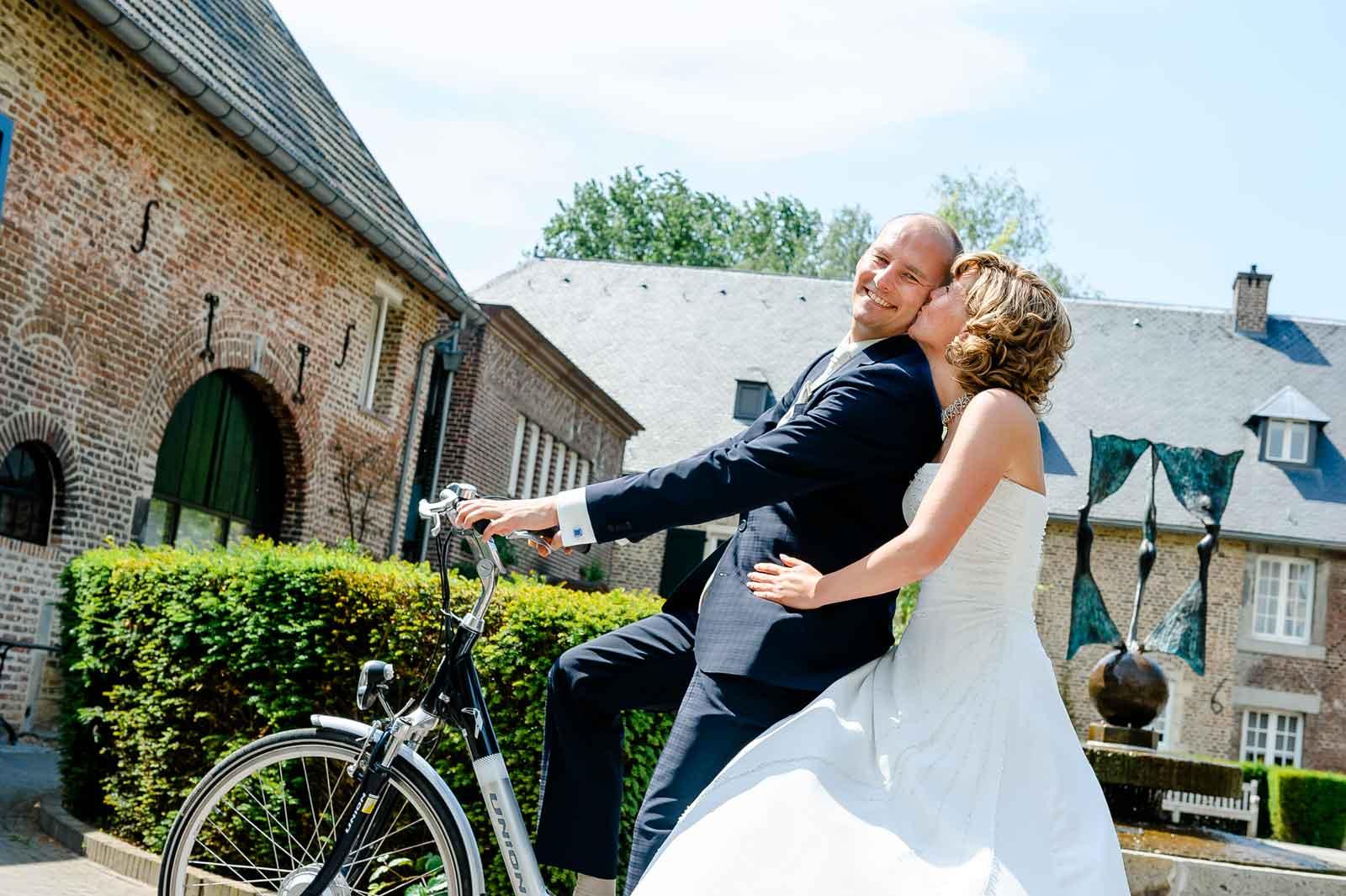 Samen op de fiets en net getrouwd bij Kasteel Ter Worm Heerlen