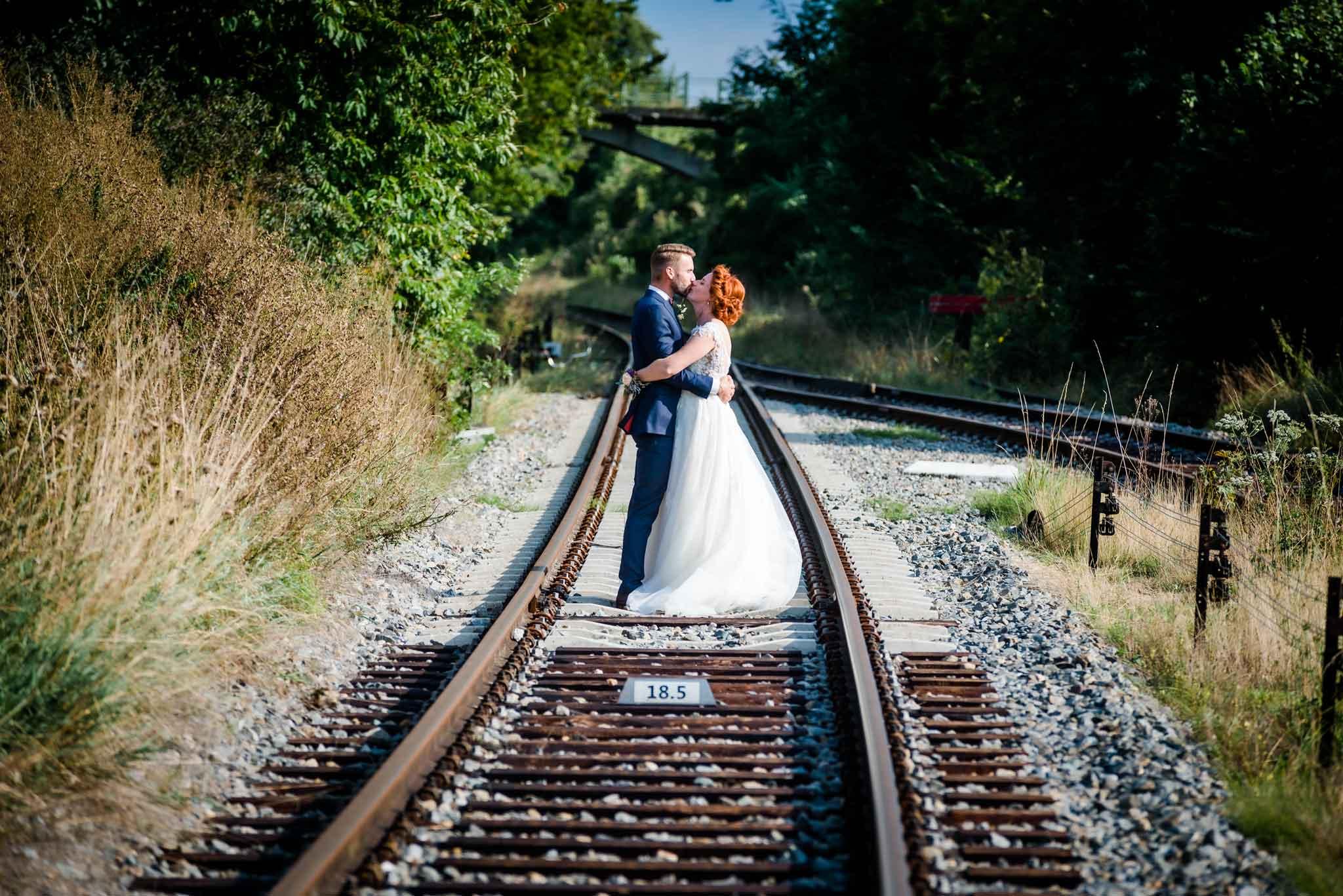 Trouwfoto van Rowan en Naud op het spoor in Wylre Zuid-Limburg